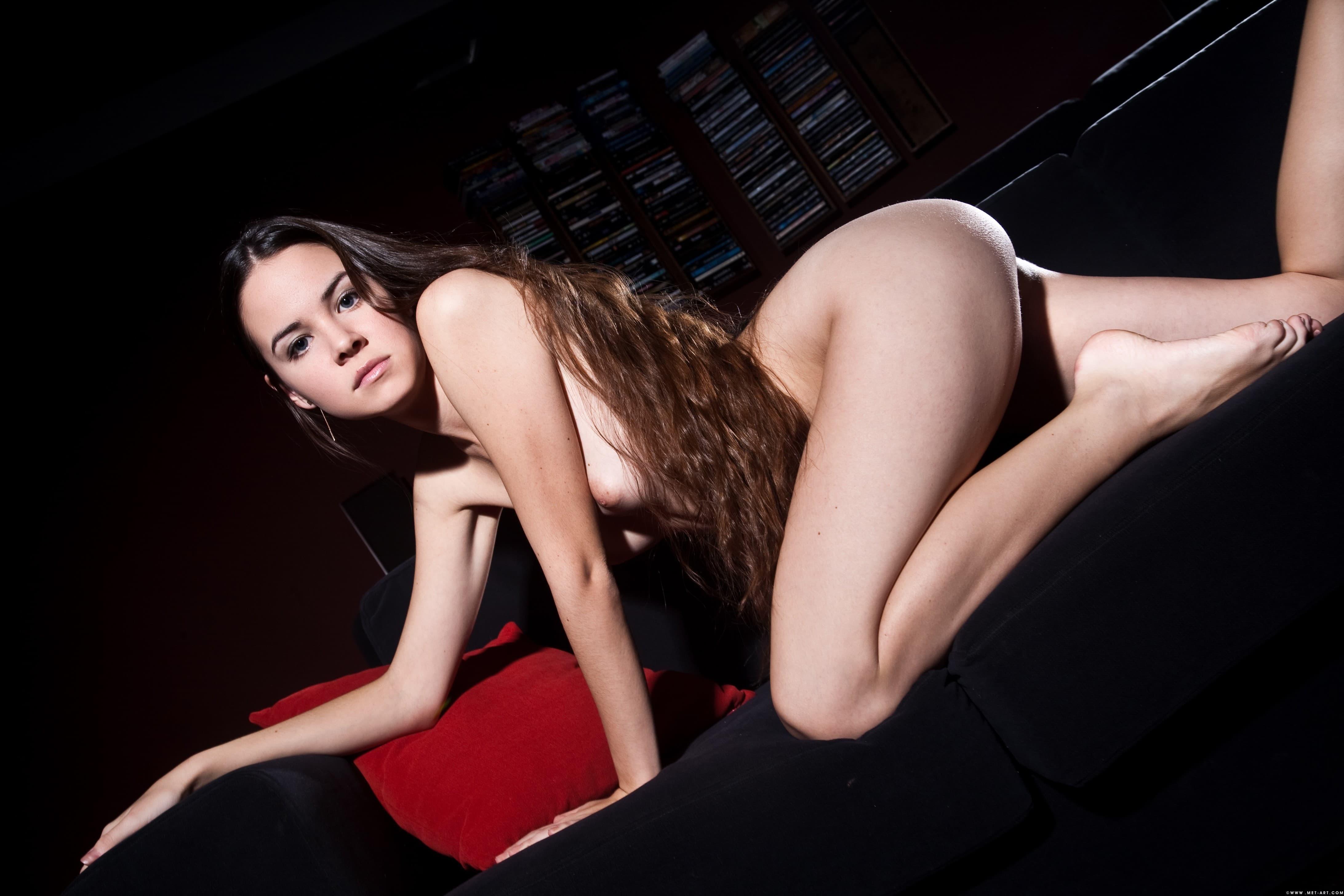 Голая девушка с красивой пухлой писькой - фото