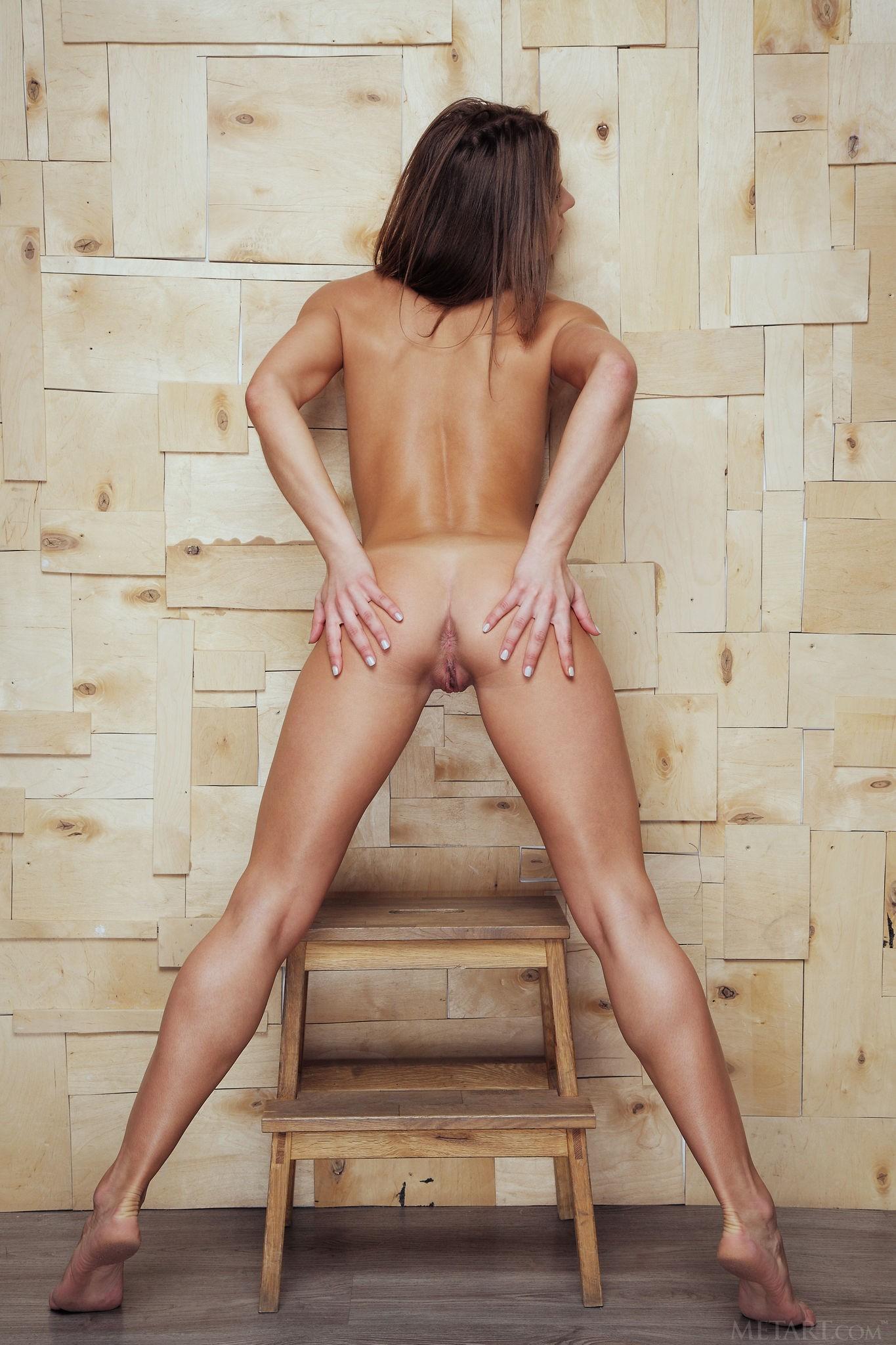 Голая худышка с бритой киской - фото