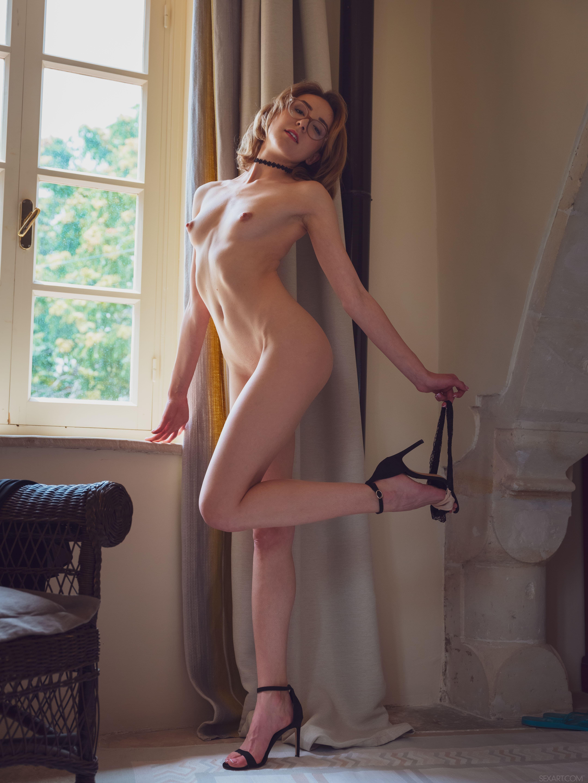 Тощая голая сучка ласкает бритую письку - фото