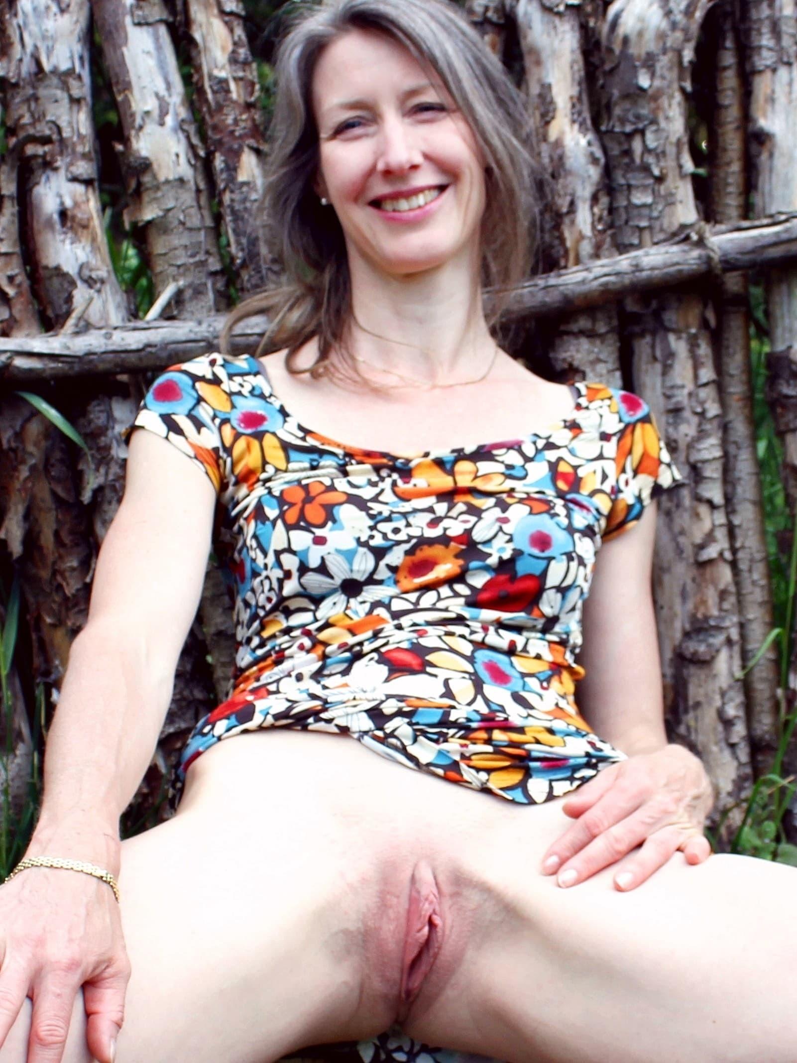 Взрослая жена с бритой пиздой в саду - фото