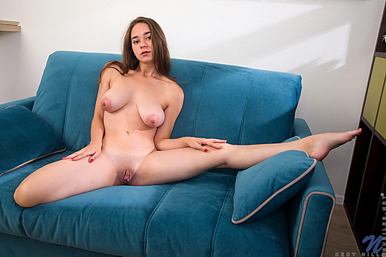 Девушка с висячими большими сиськами - фото
