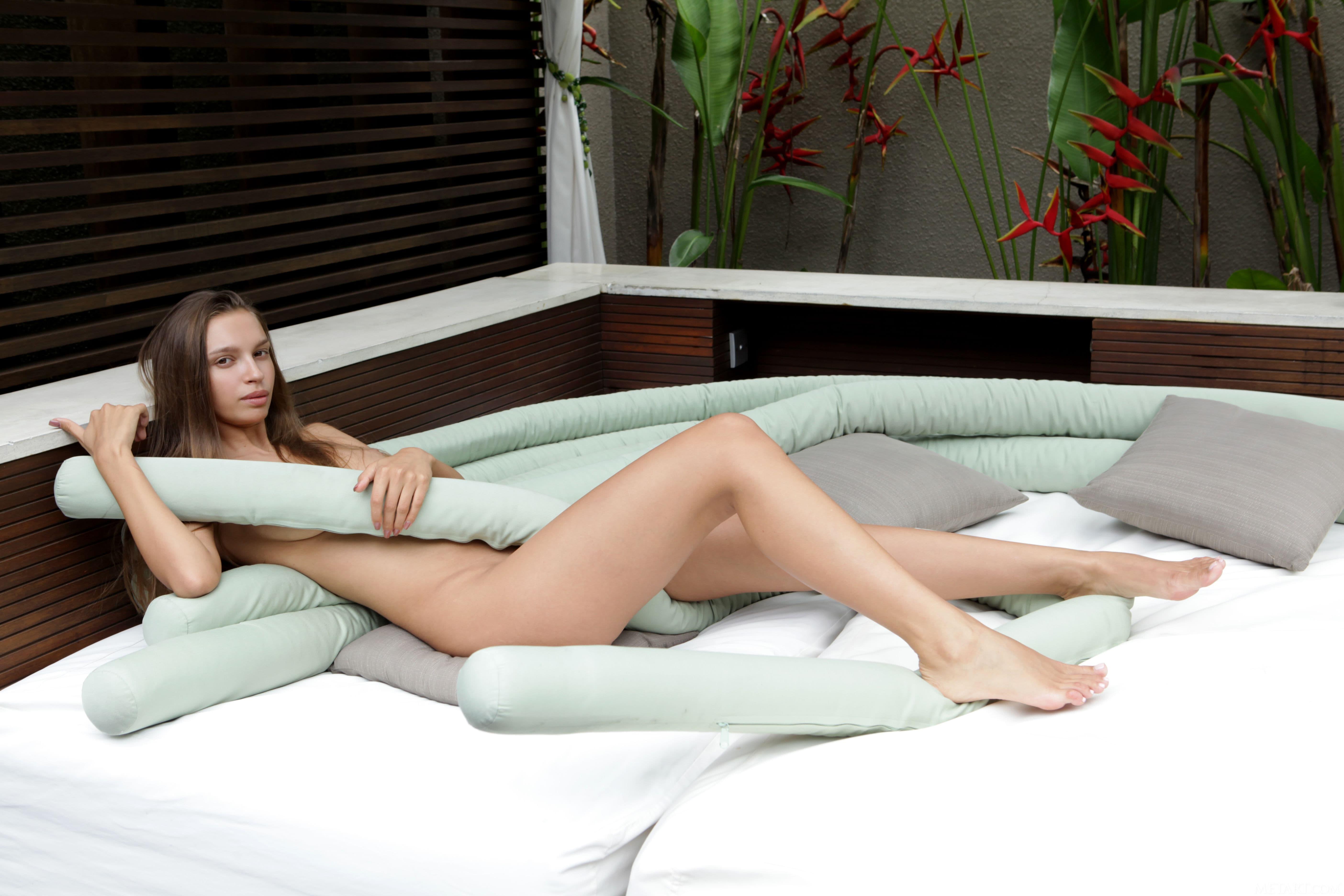 Модель с красивым сексуальным телом - фото