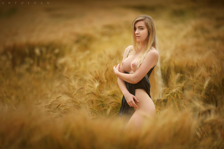 Блондинка с красивыми упругими буферами в поле - фото