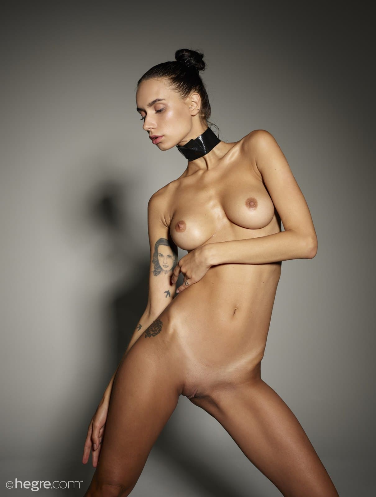 Модель с упругими сиськами и тонкой талией - фото