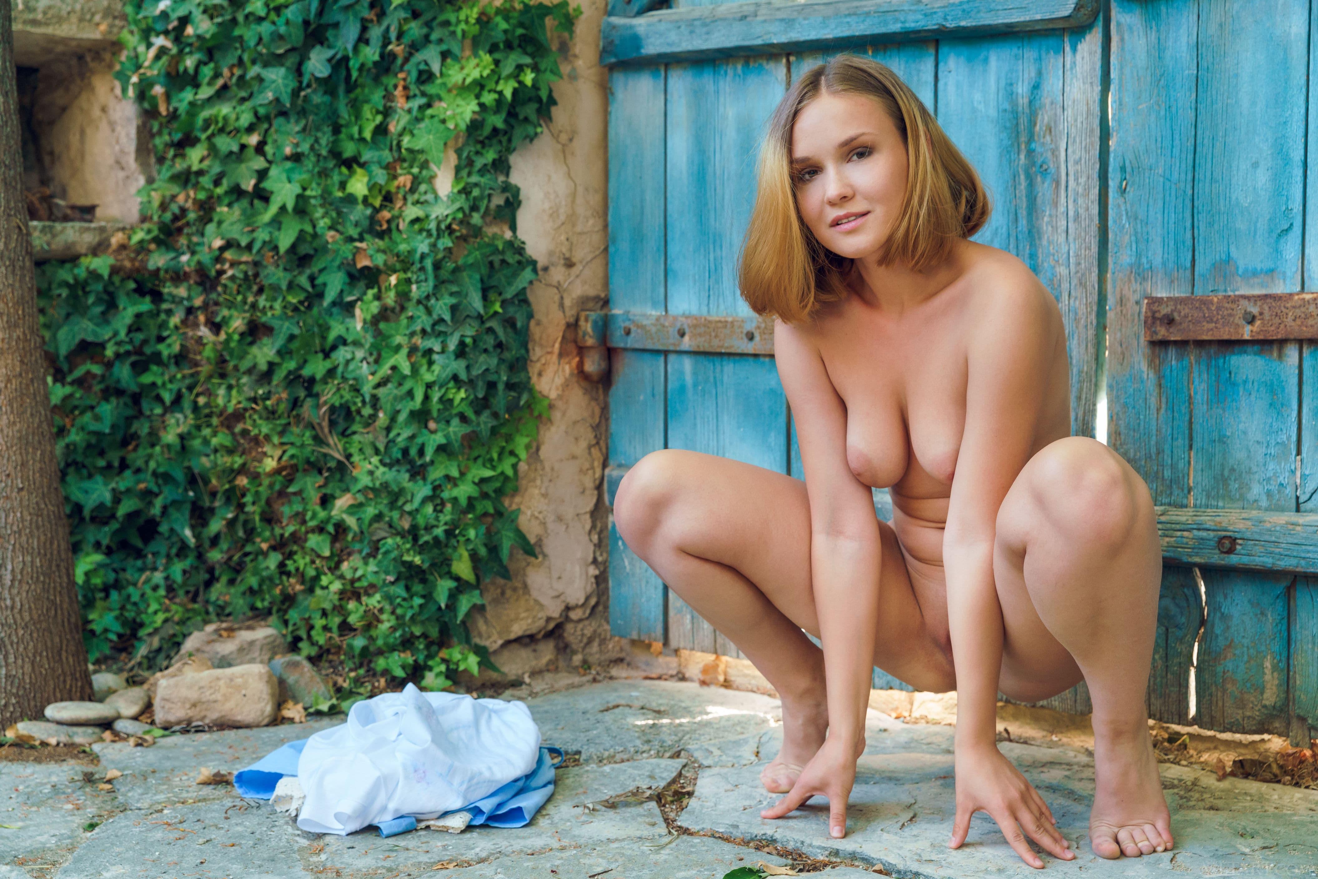 Деревенская девушка с красивой попкой - фото