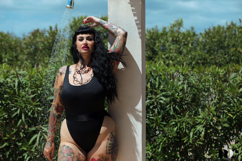 Голая жируха с татуировками на пышном теле - фото