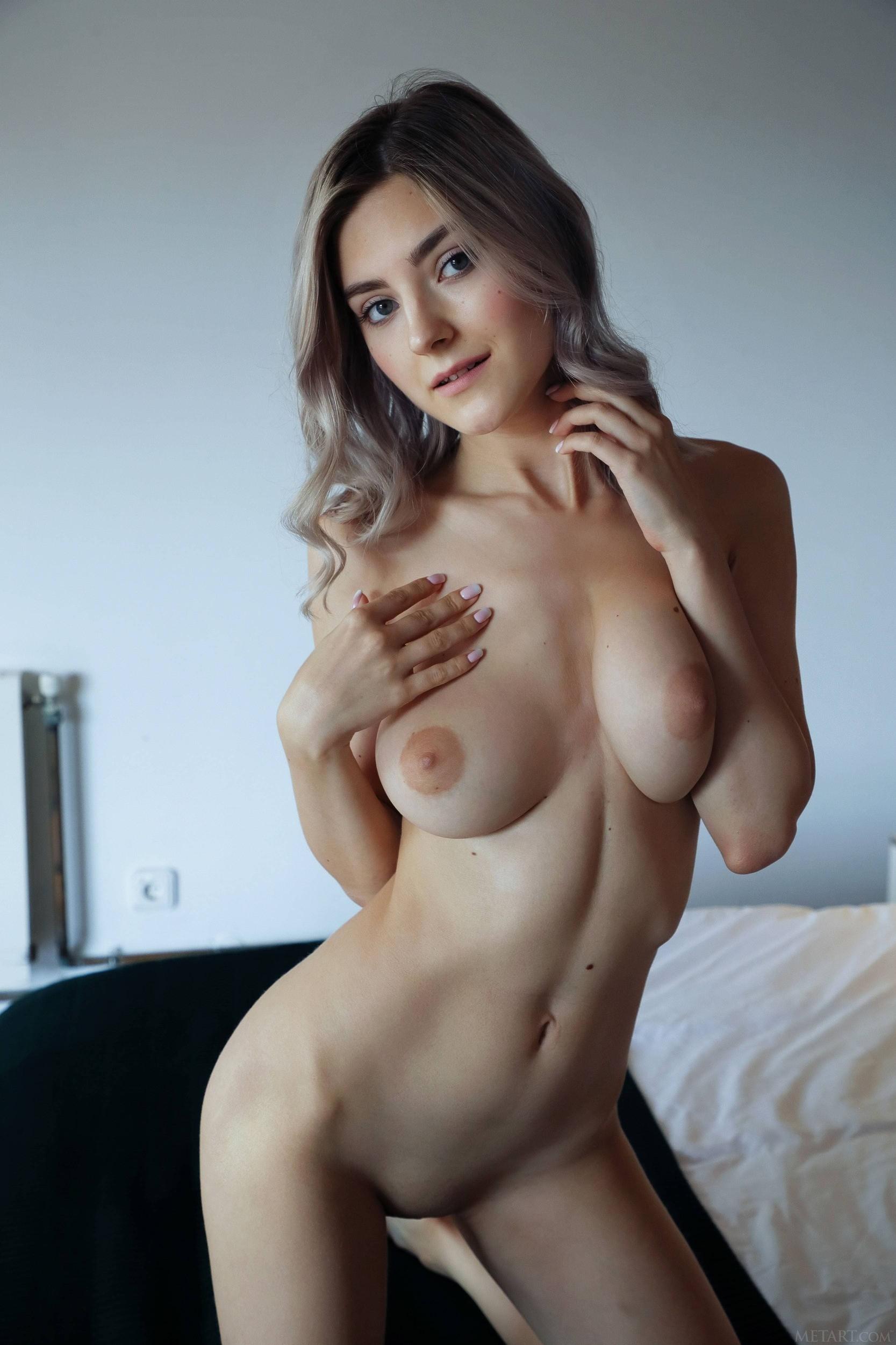 Симпатичная девушка с сексуальной фигурой - фото