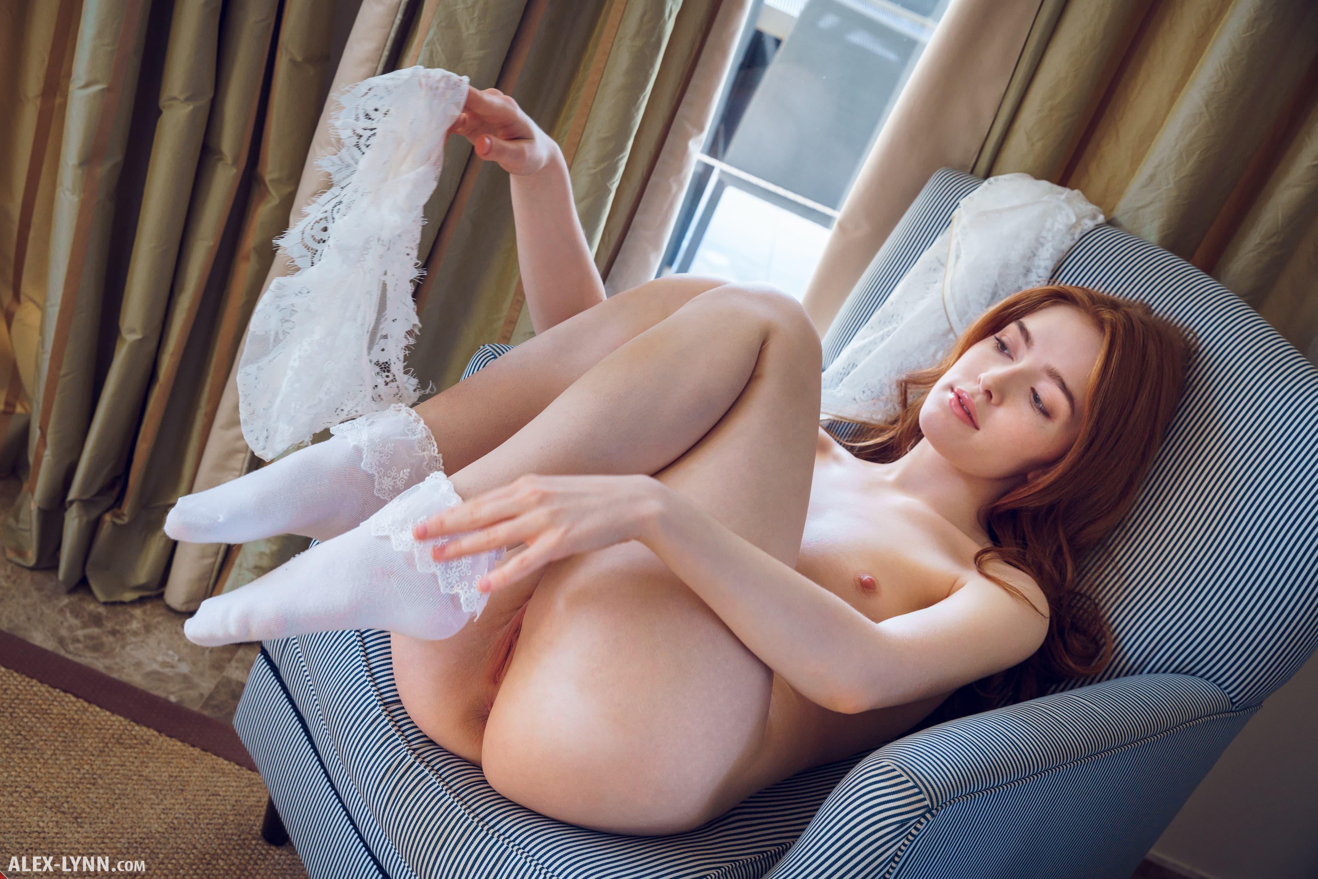 Рыжая девушка в носках ласкает киску - фото