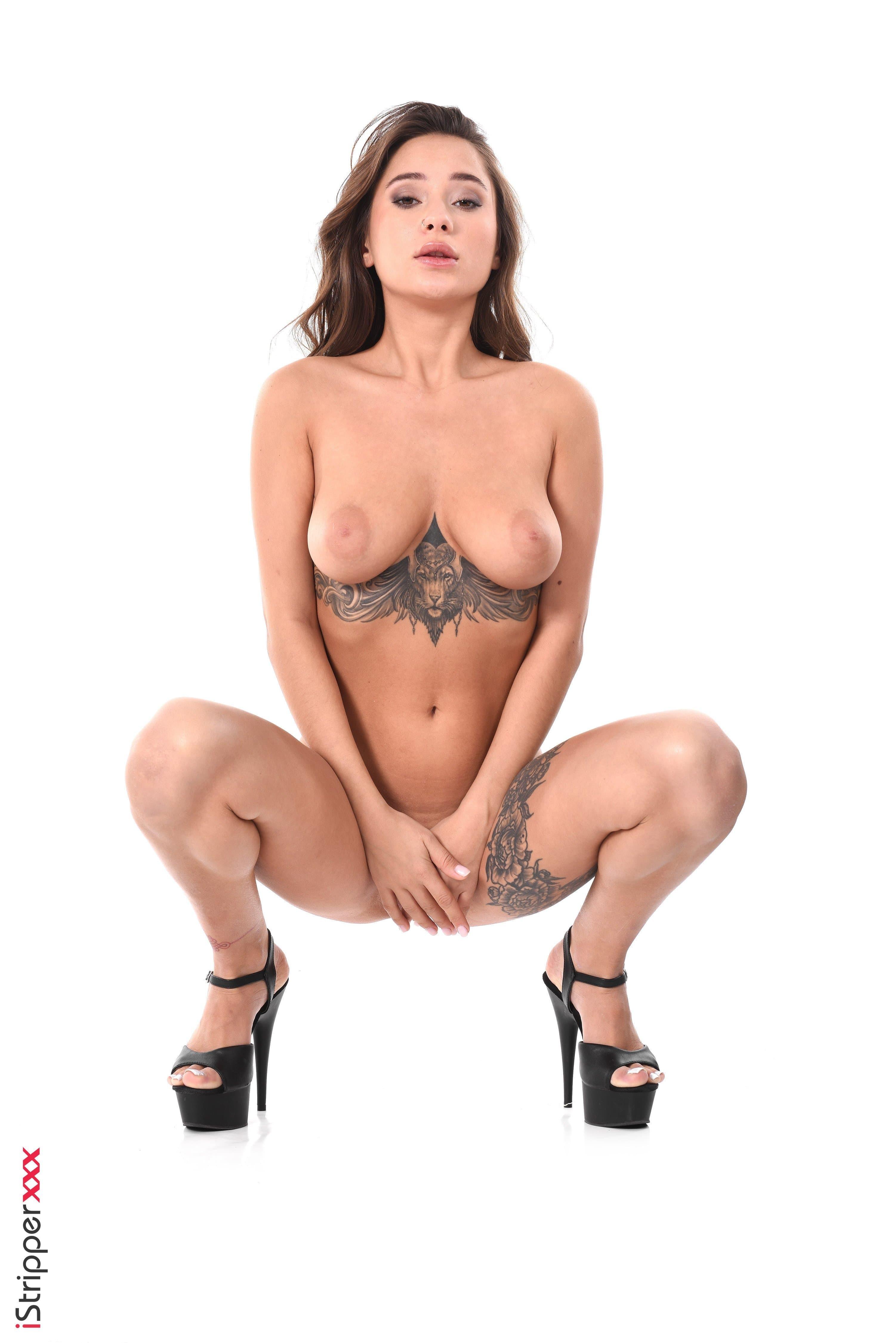 В кружевном платье c сексуальным телом - фото