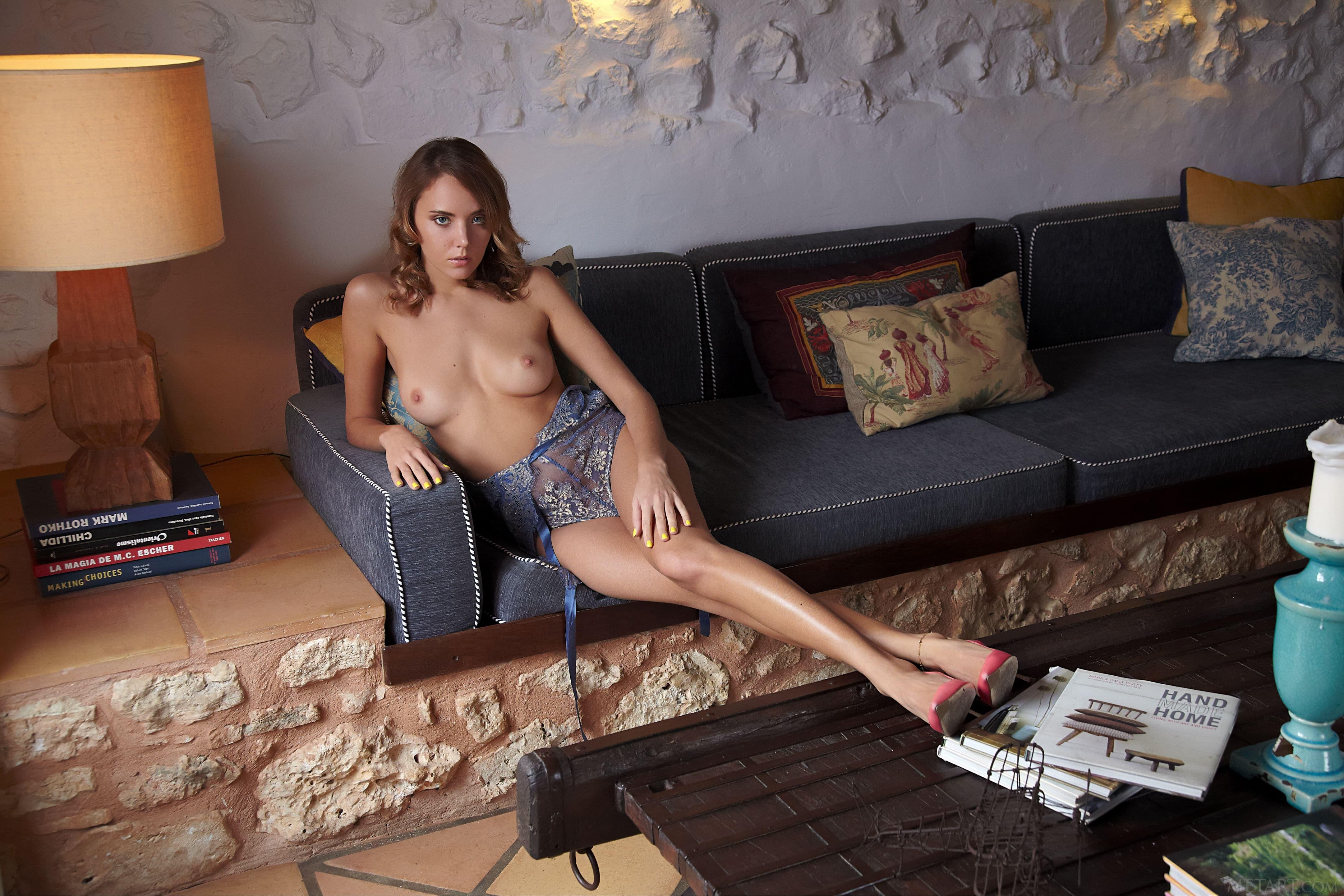 Девица в кружевном боди и туфлях - фото