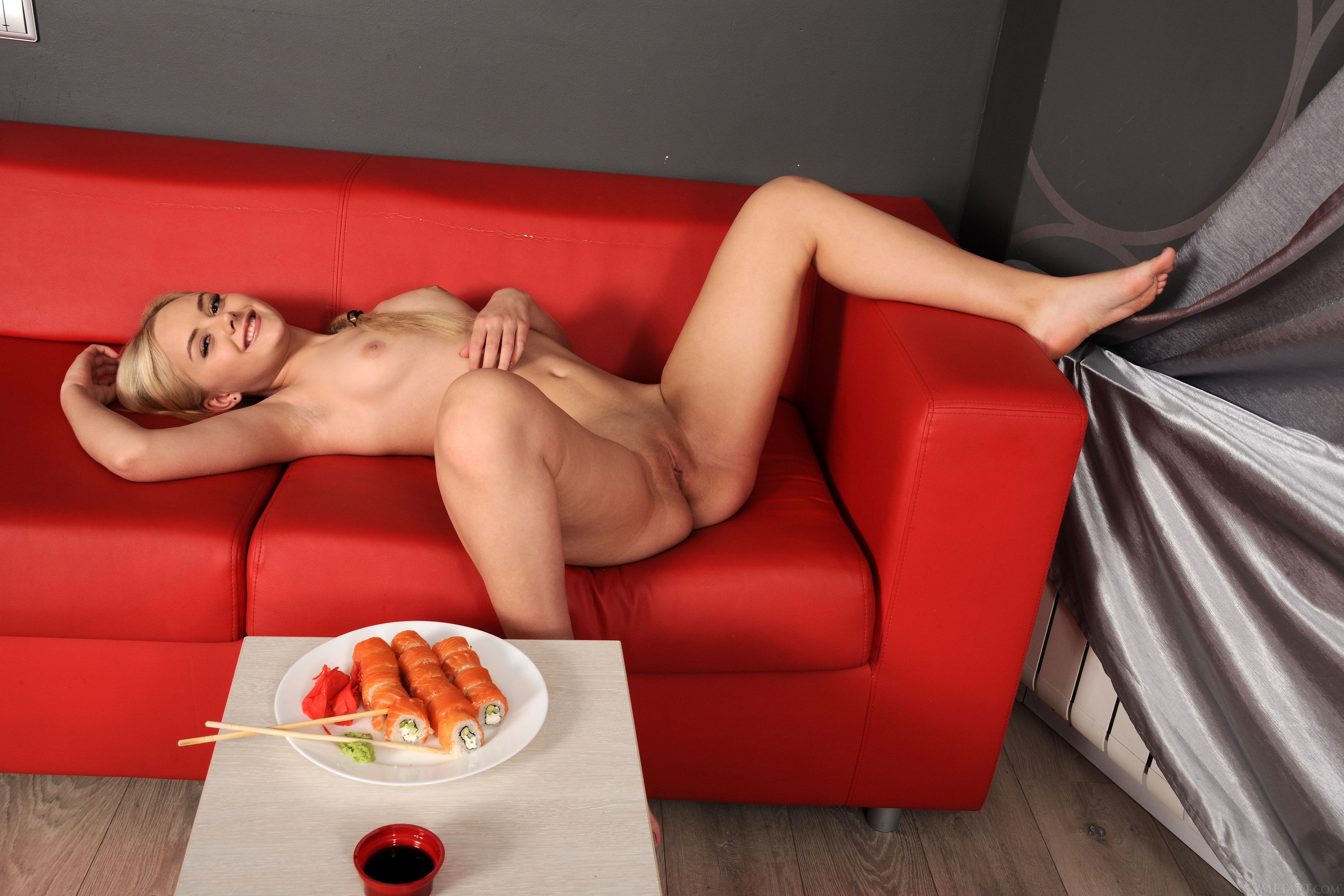 Блондинка разделась за еду на диване - фото