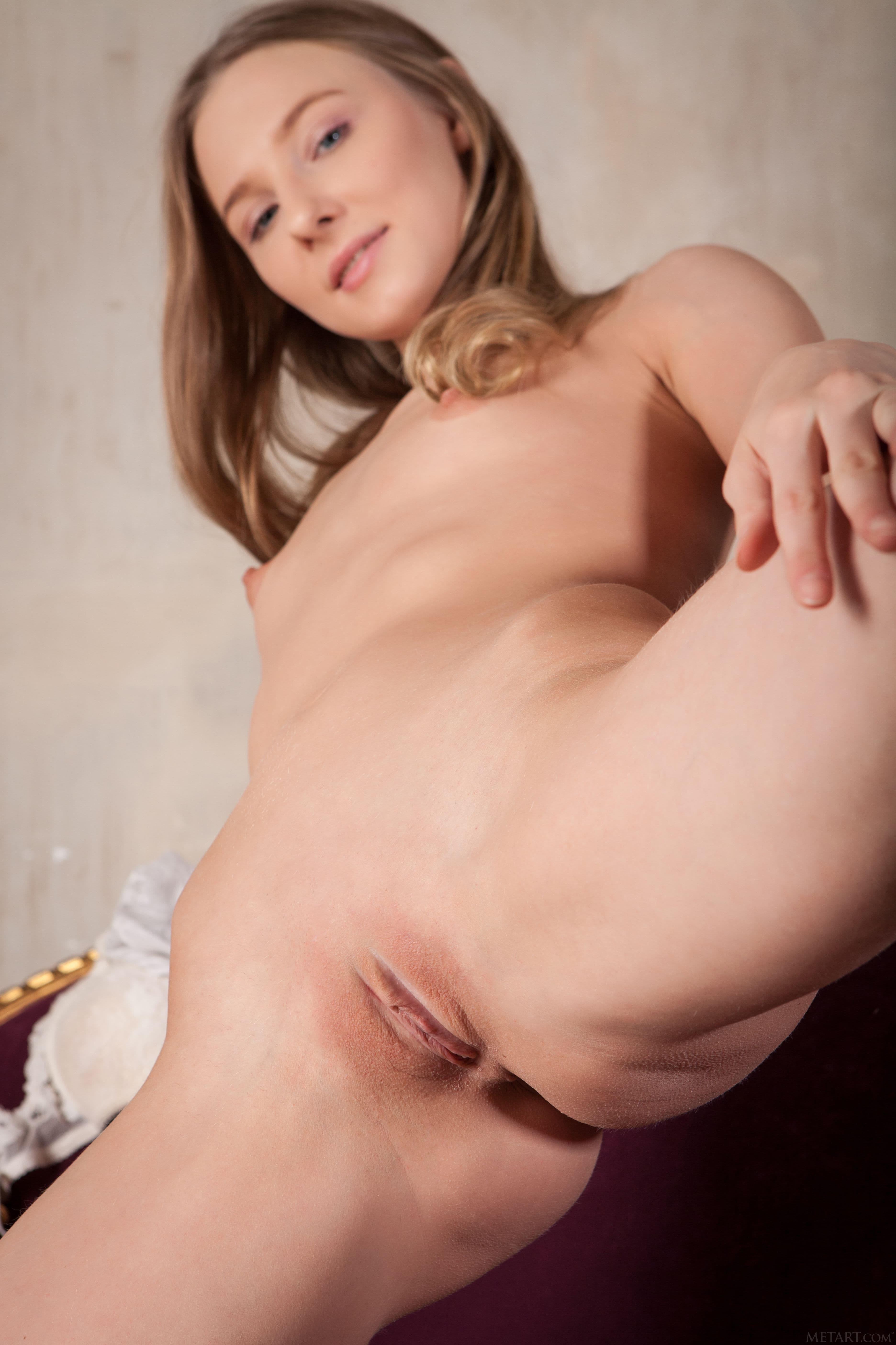 Милая девица с сексуальной писькой - фото