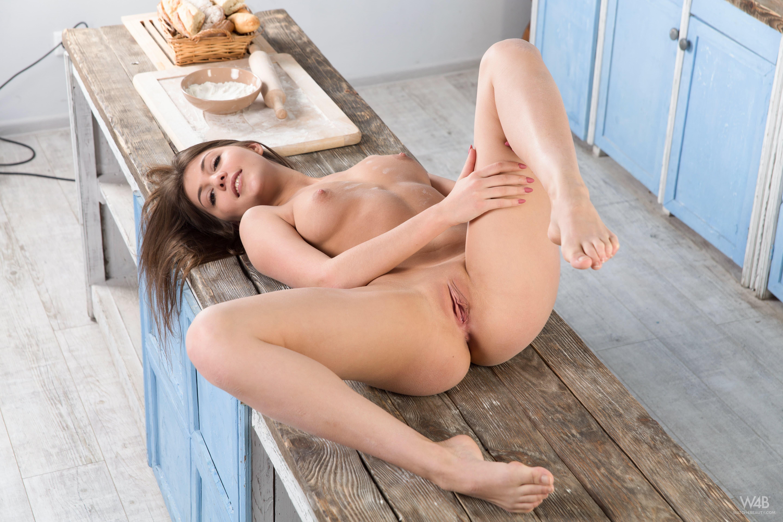 Красотка со сладкими дырочками на кухне - фото