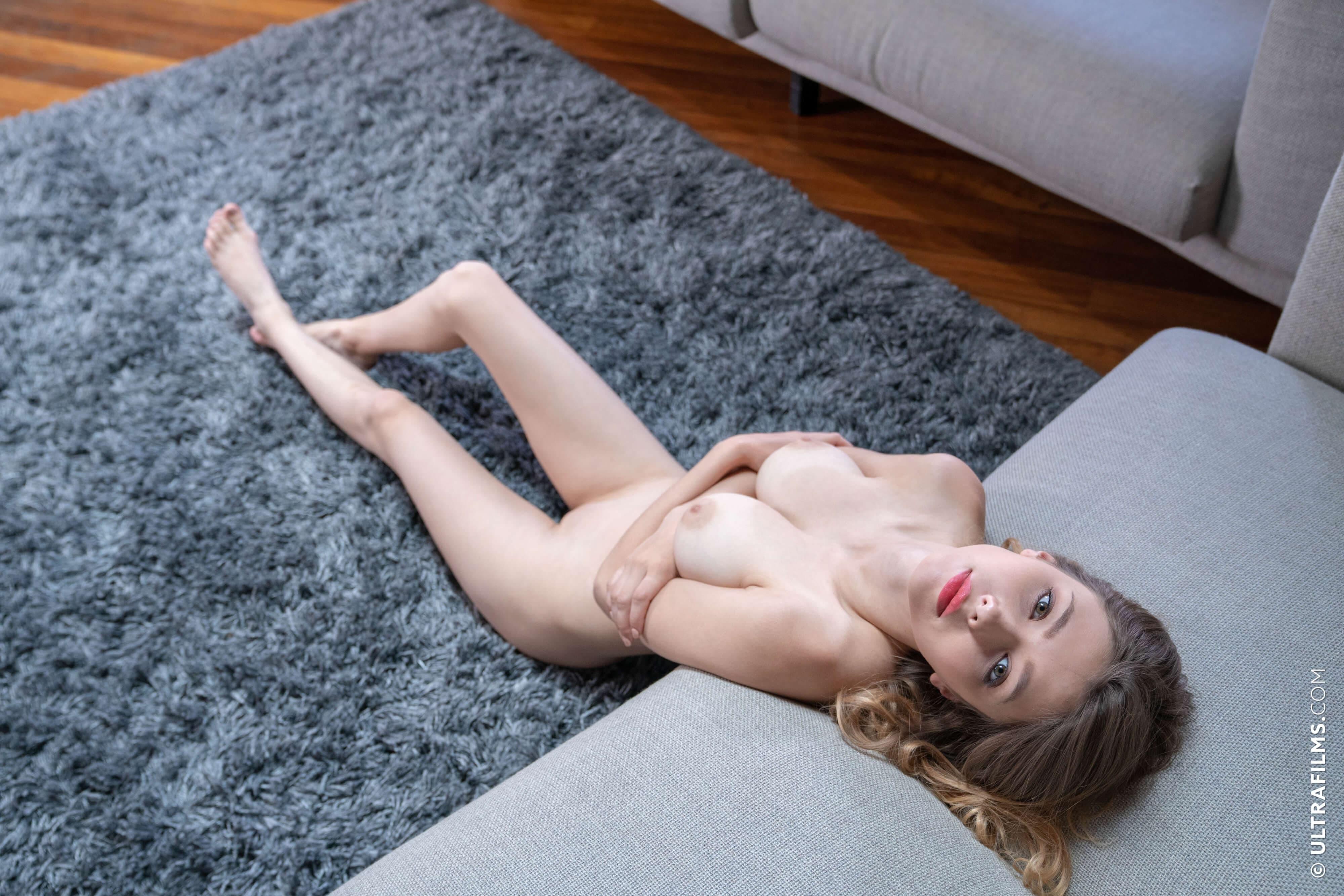 Соска с натуральными сиськами раком на диване - фото