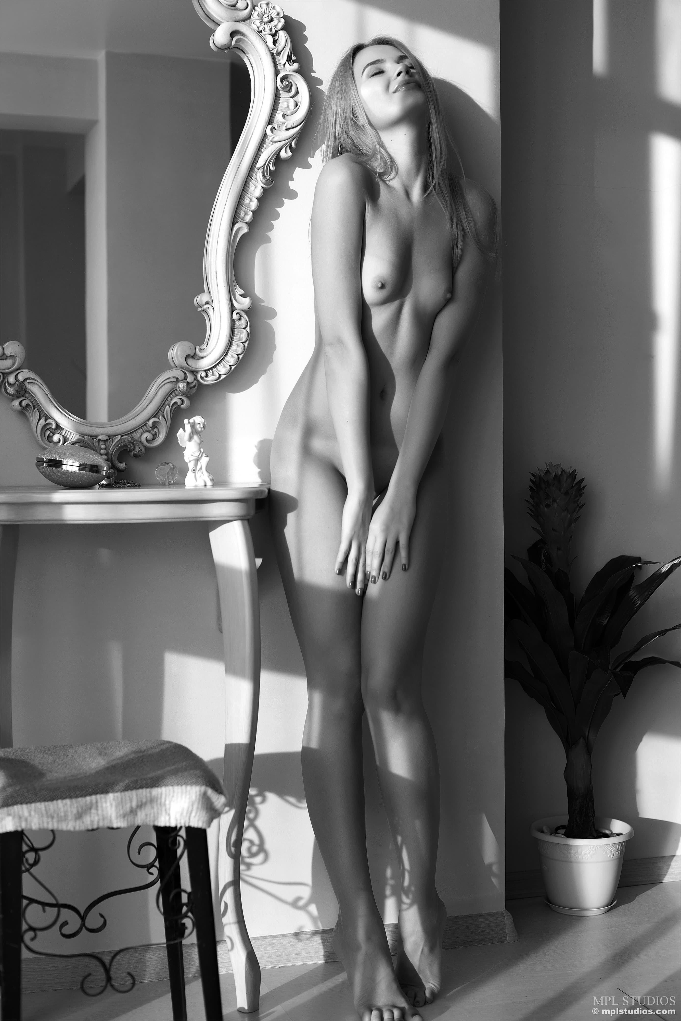 Жгучая блондинка дома на кушетке - фото