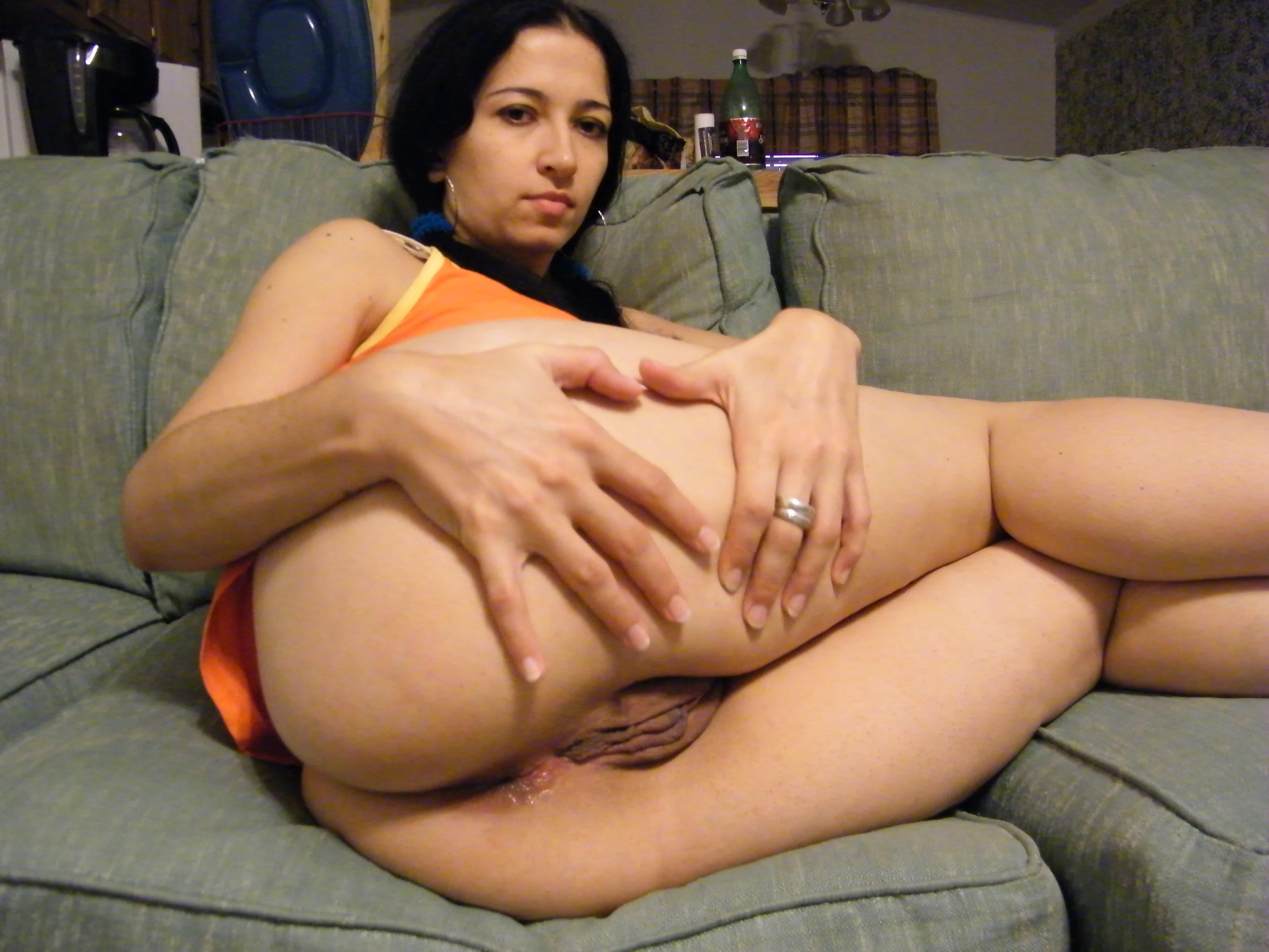 Девушка с огромной жопой раздвигает половые губы - фото