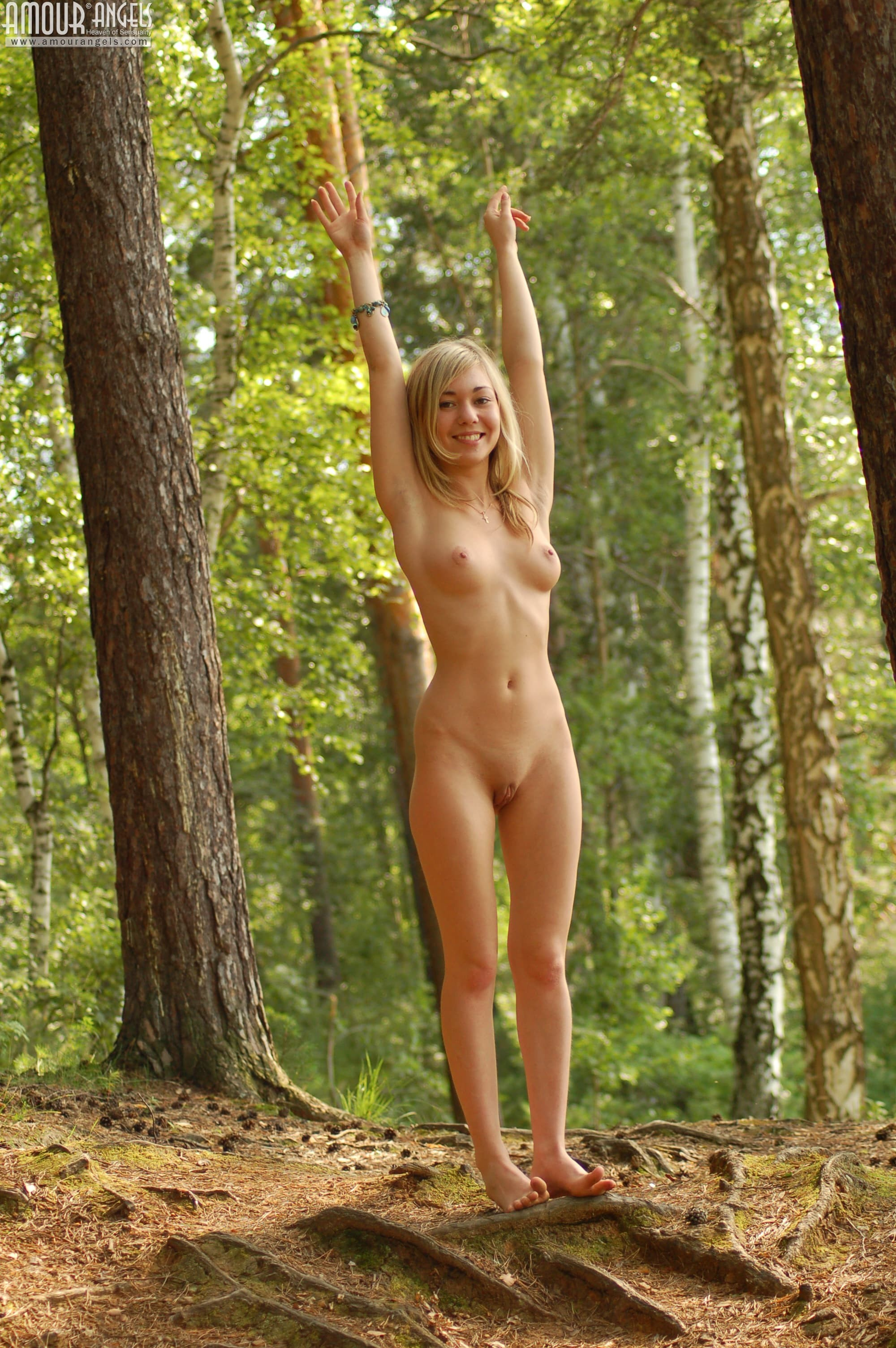 Блондиночка сняла платье  - фото