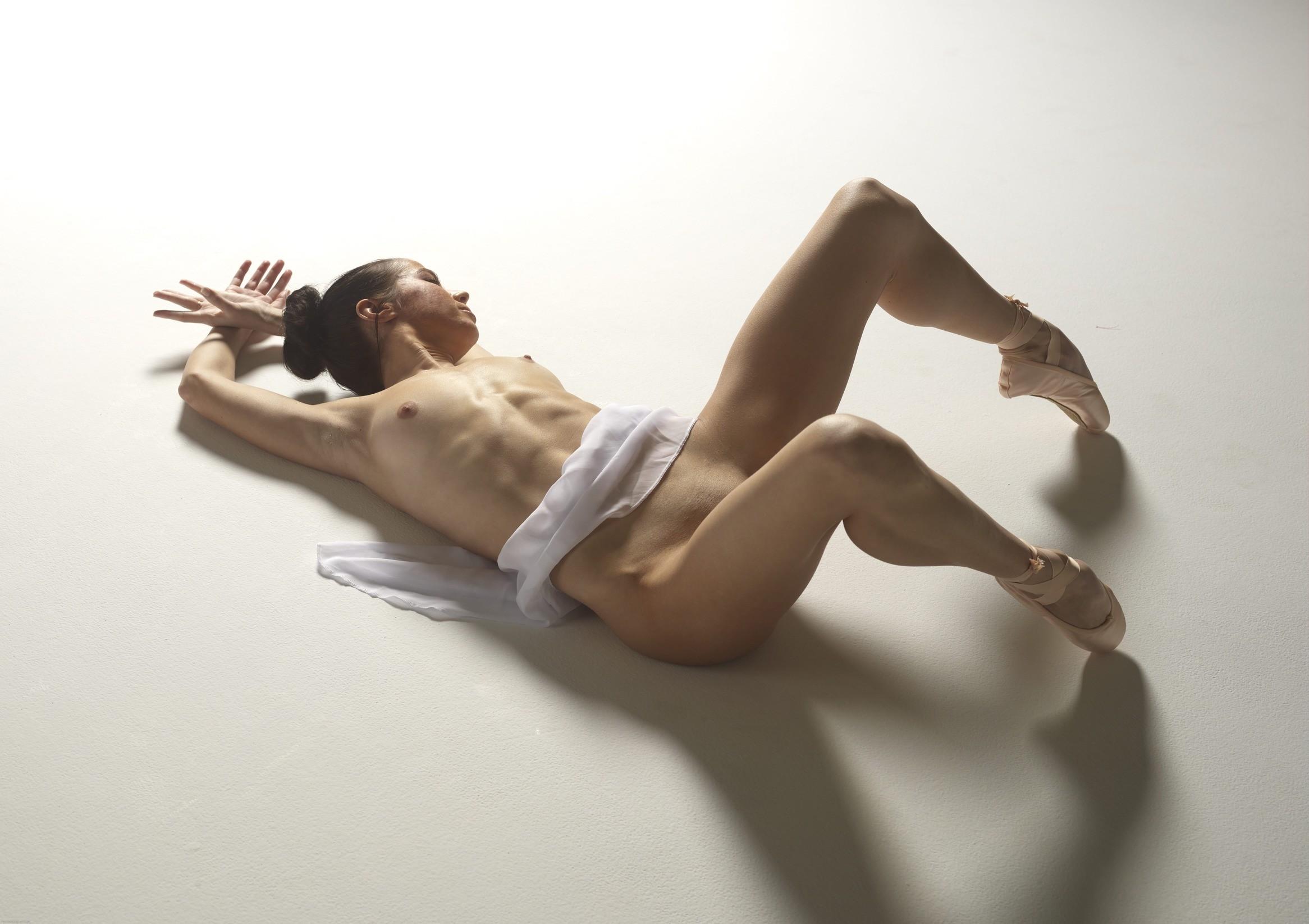 Девушка без трусов раздвигает ноги в шпагат - фото