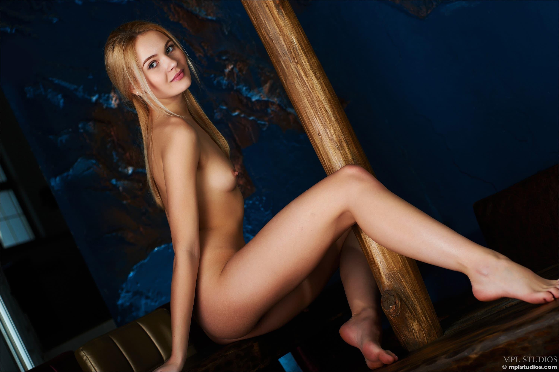 Смазливая голая девушка со стройным телом - фото