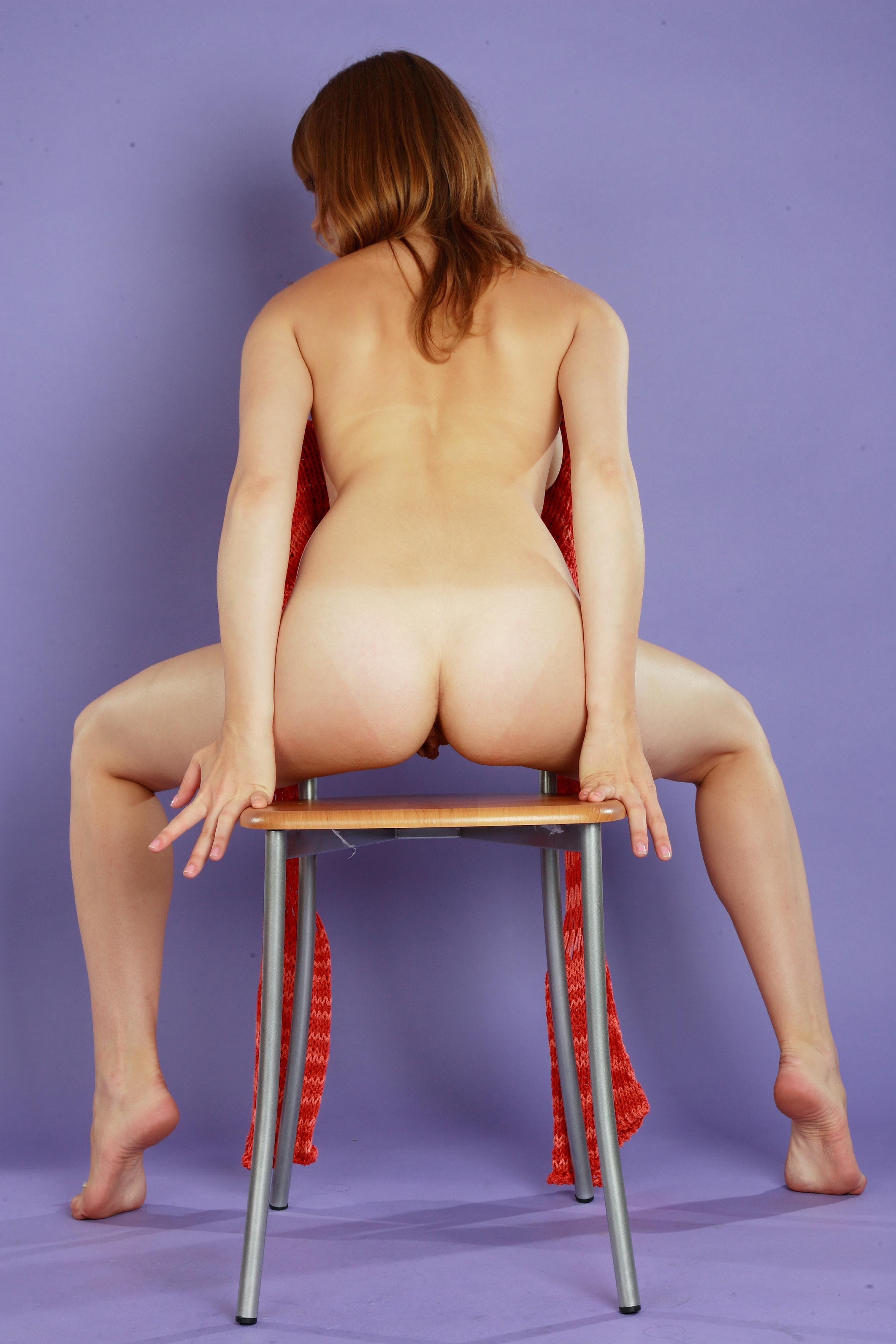 Прогибает спинку раком и раздвигает ноги - фото