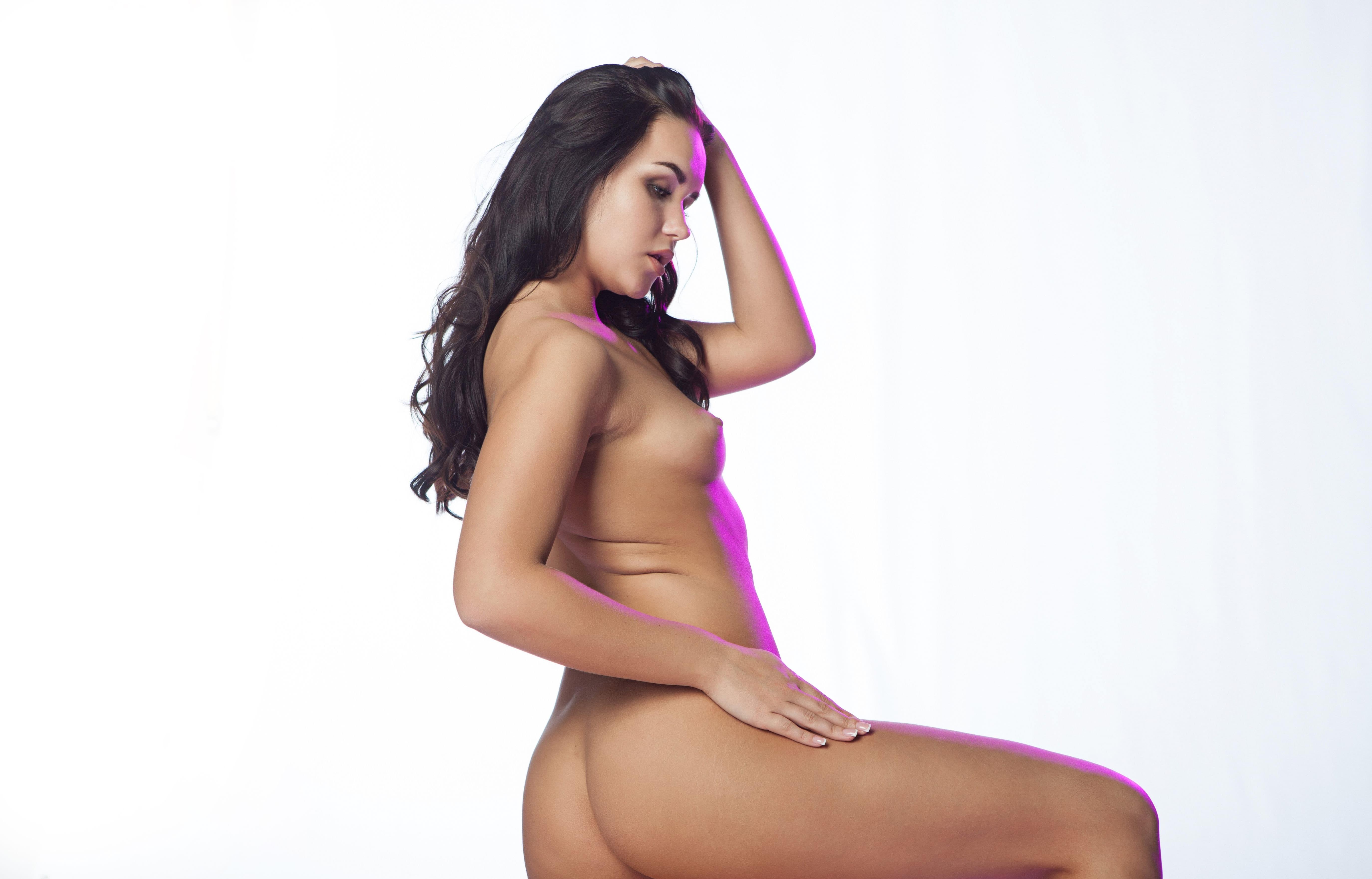 Красивая раздетая девица в фото студии - эротика