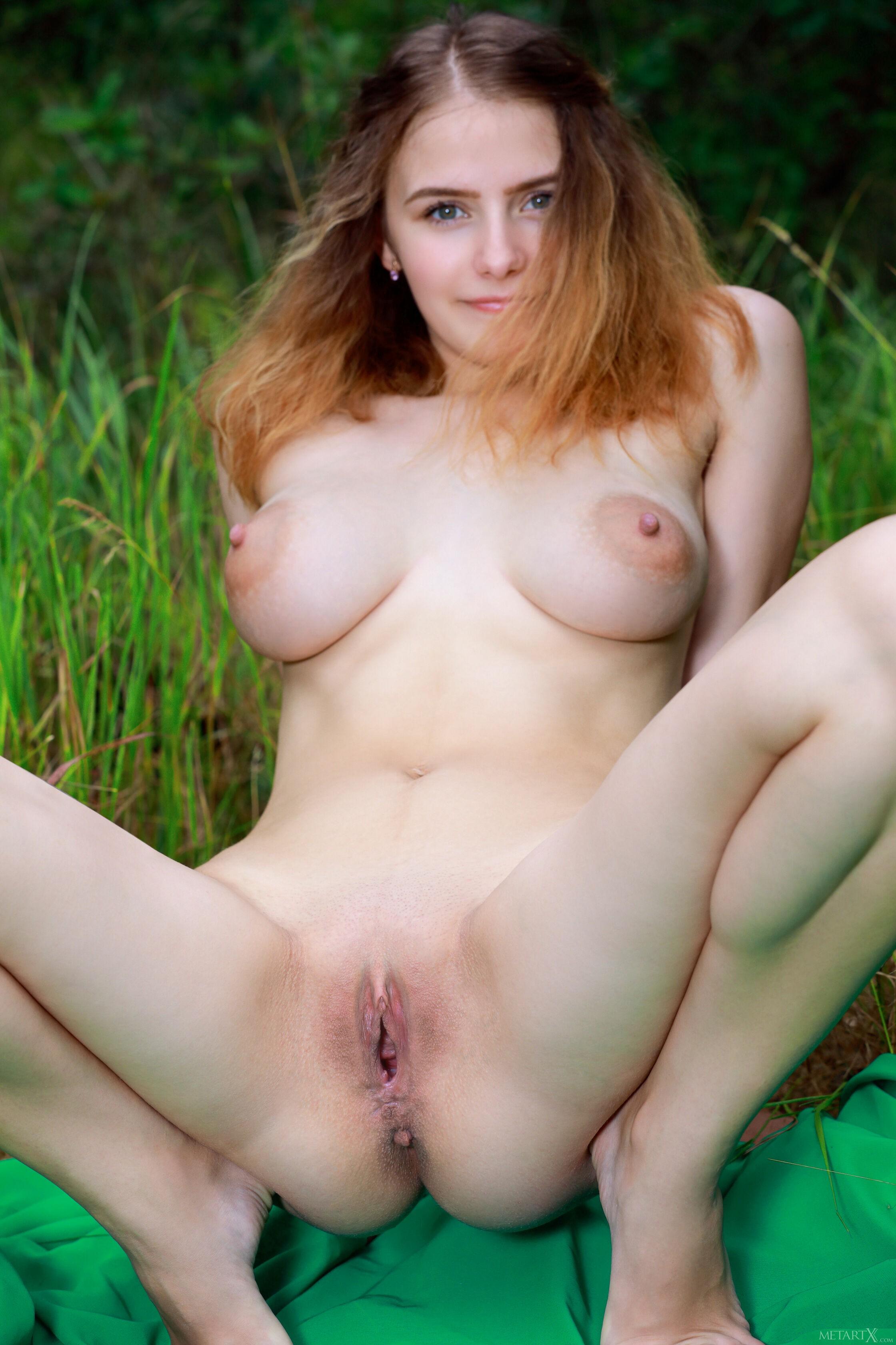 Грудастая девка ласкает киску на природе - фото