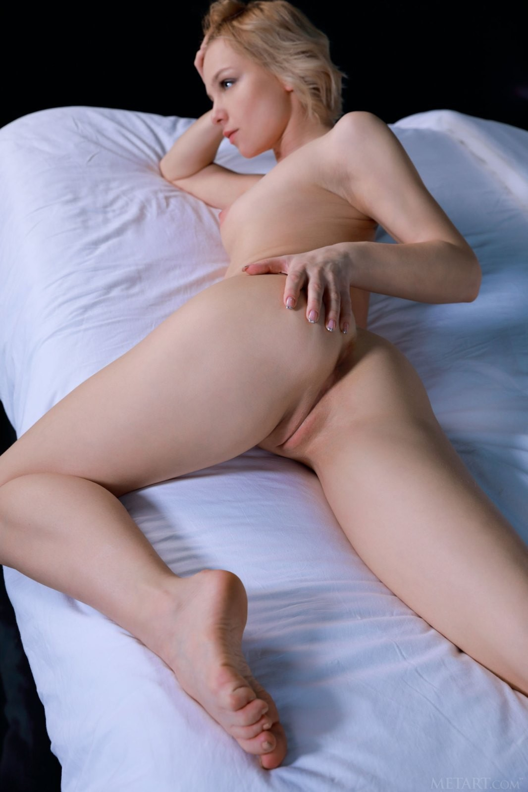 Тощая блондинка раздвигает ножки - фото