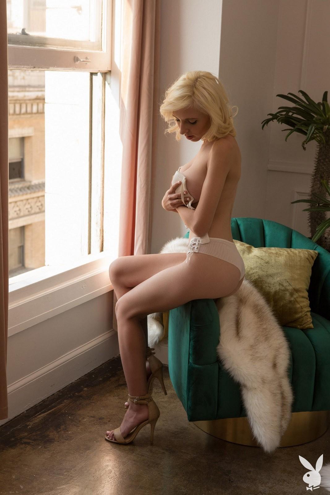 Стройная девушка с огромными дойками - фото