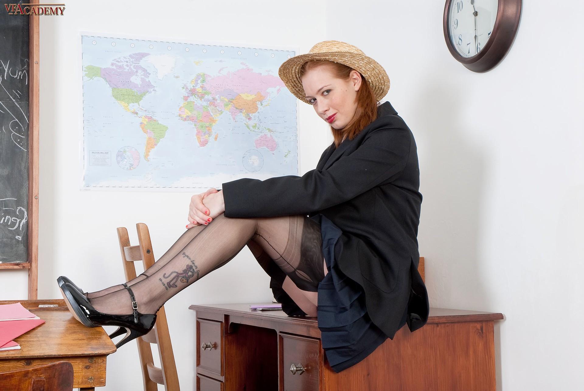 Рыжая учительница в чулках дрочит в классе - фото