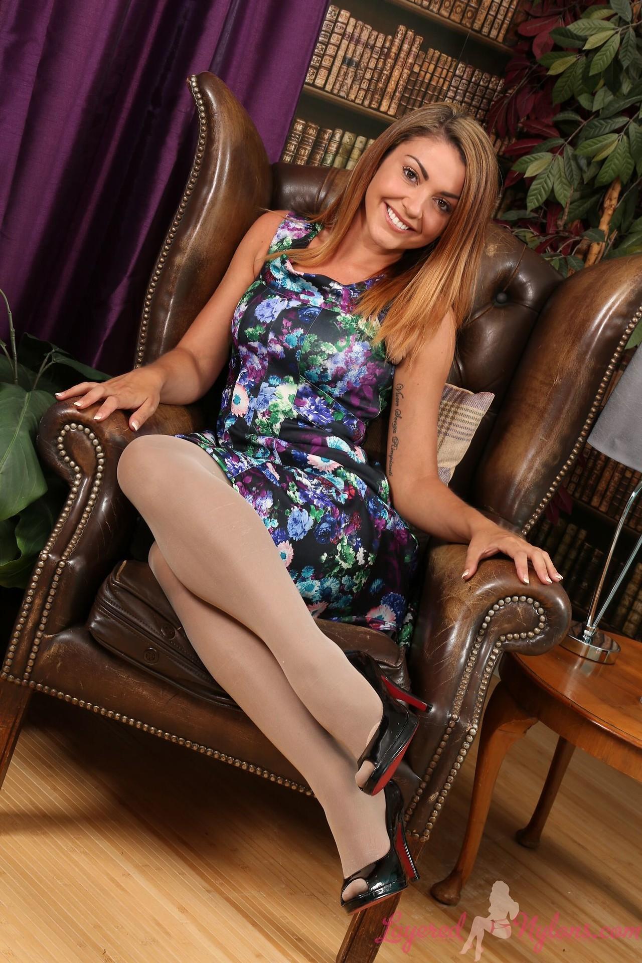 Красавица в колготках задирает платье - фото