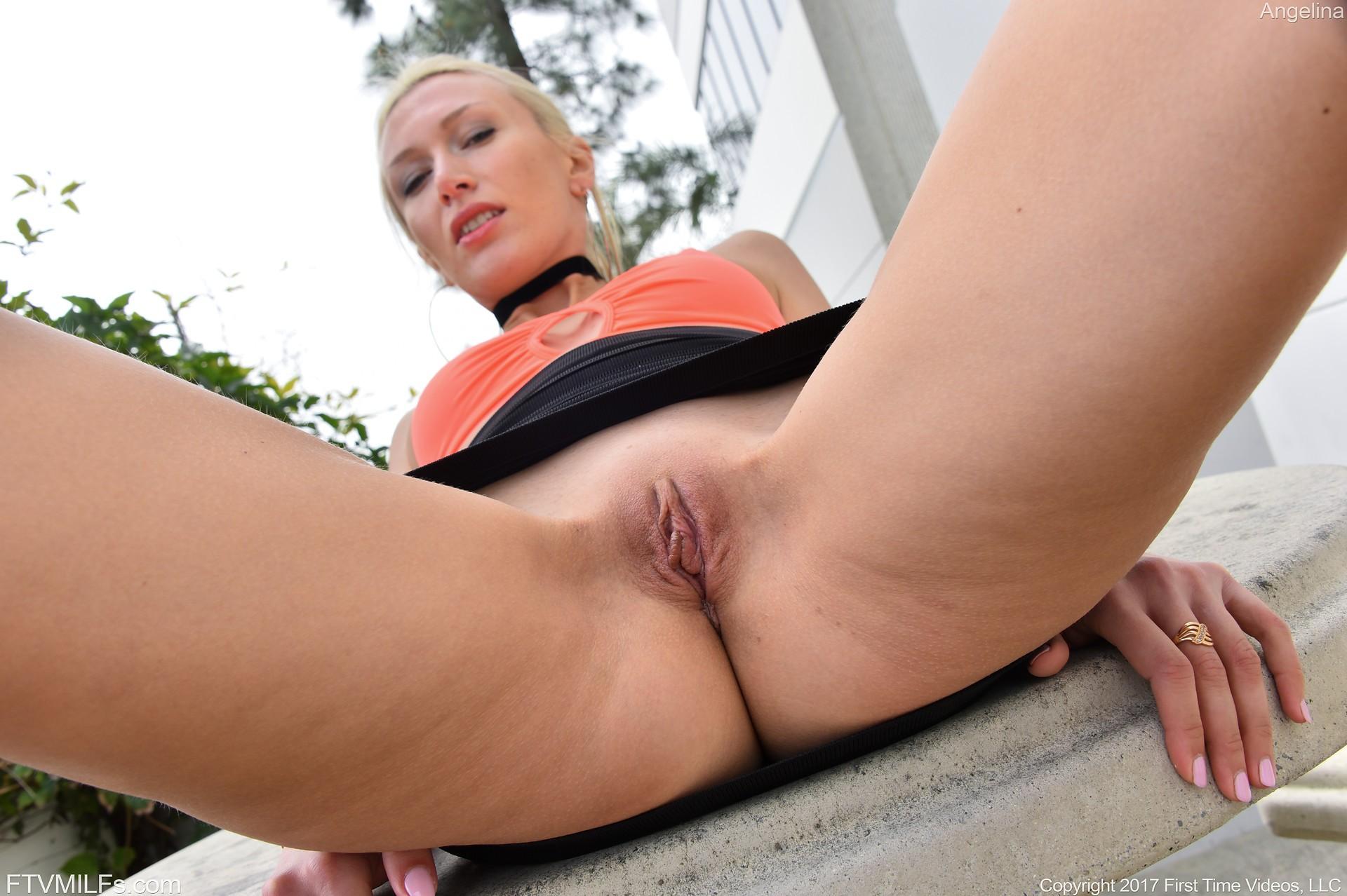 Блондинка в короткой юбке с голой киской - фото