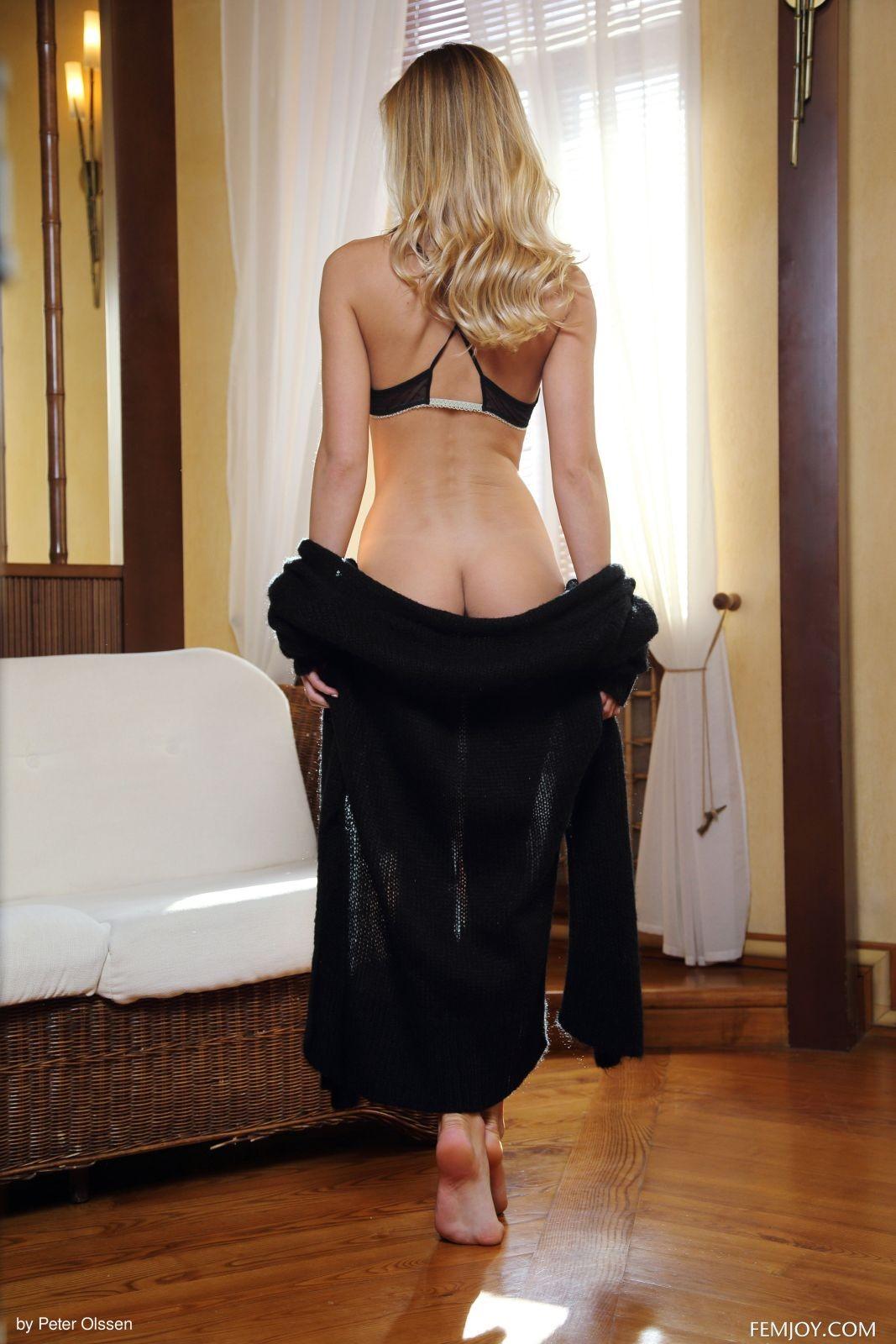 Девушка с длинными ножками в спальне - фото