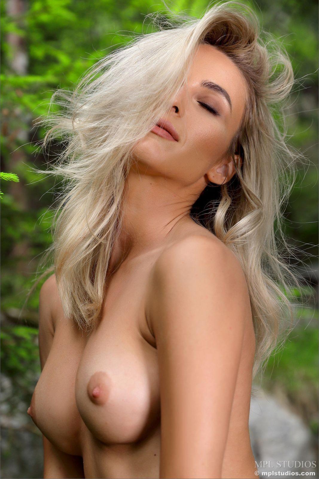 Лесная нимфа с красивой грудью - фото