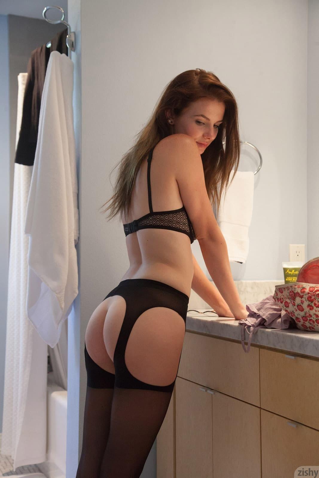 Девушка в сексуальном белье с голой киской - фото