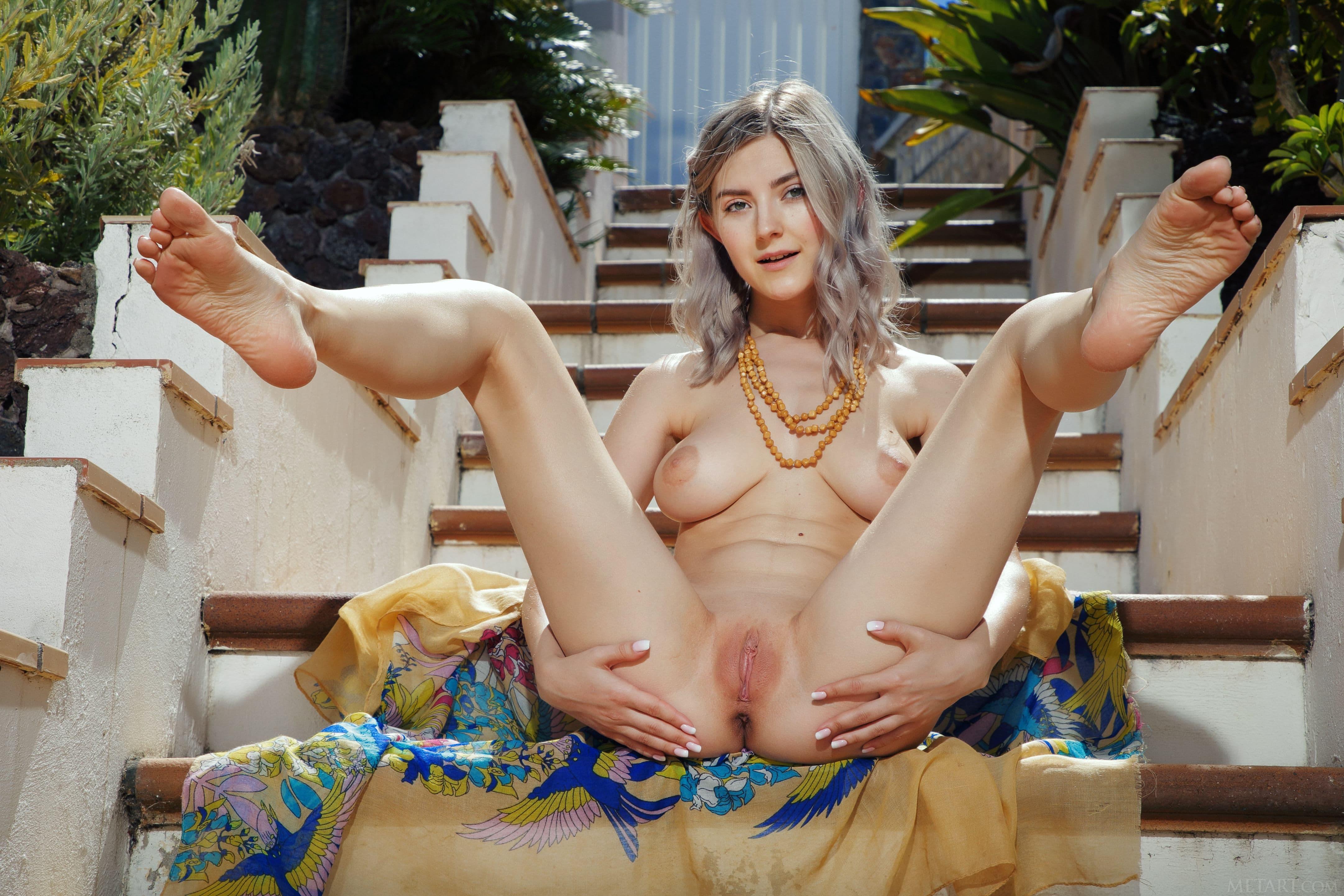 Девушка раздвигает ноги на лестнице - фото