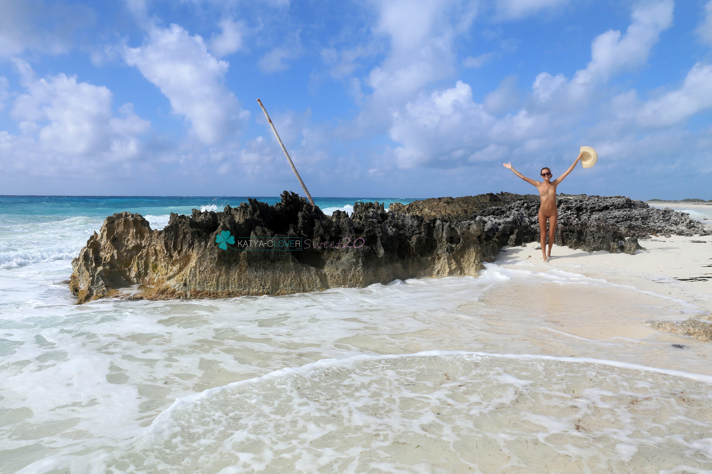 Тощая девка с голым телом на пляже - фото