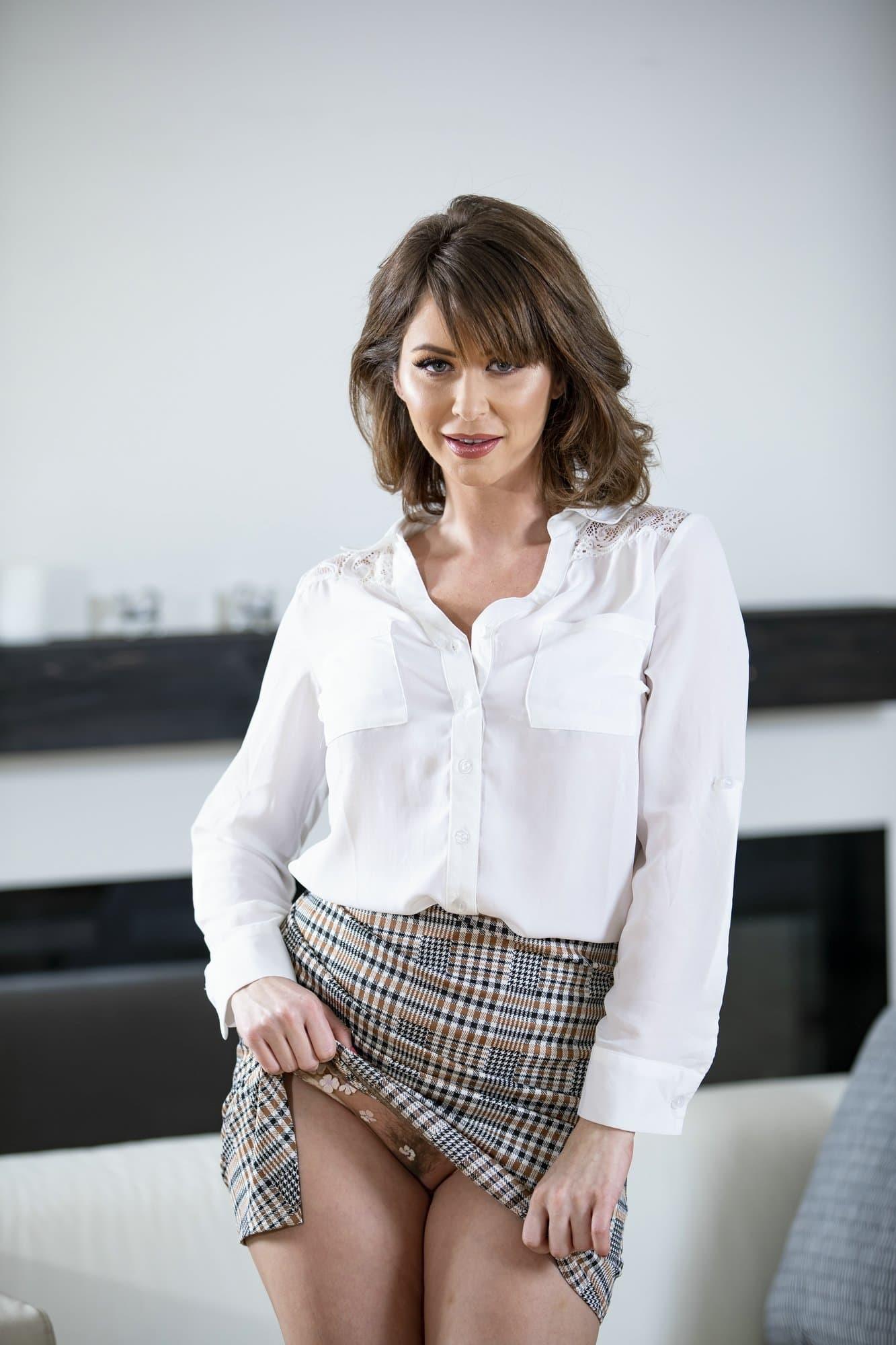 Женщина в юбке и прозрачных трусах - фото