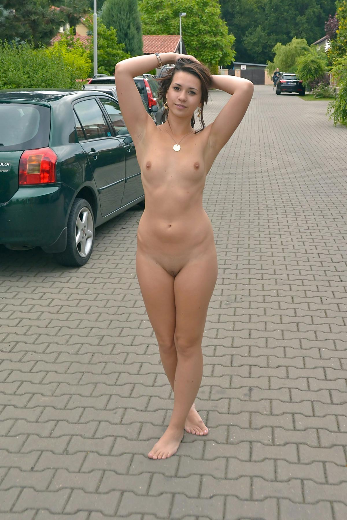 Голая девушка на остановке - фото