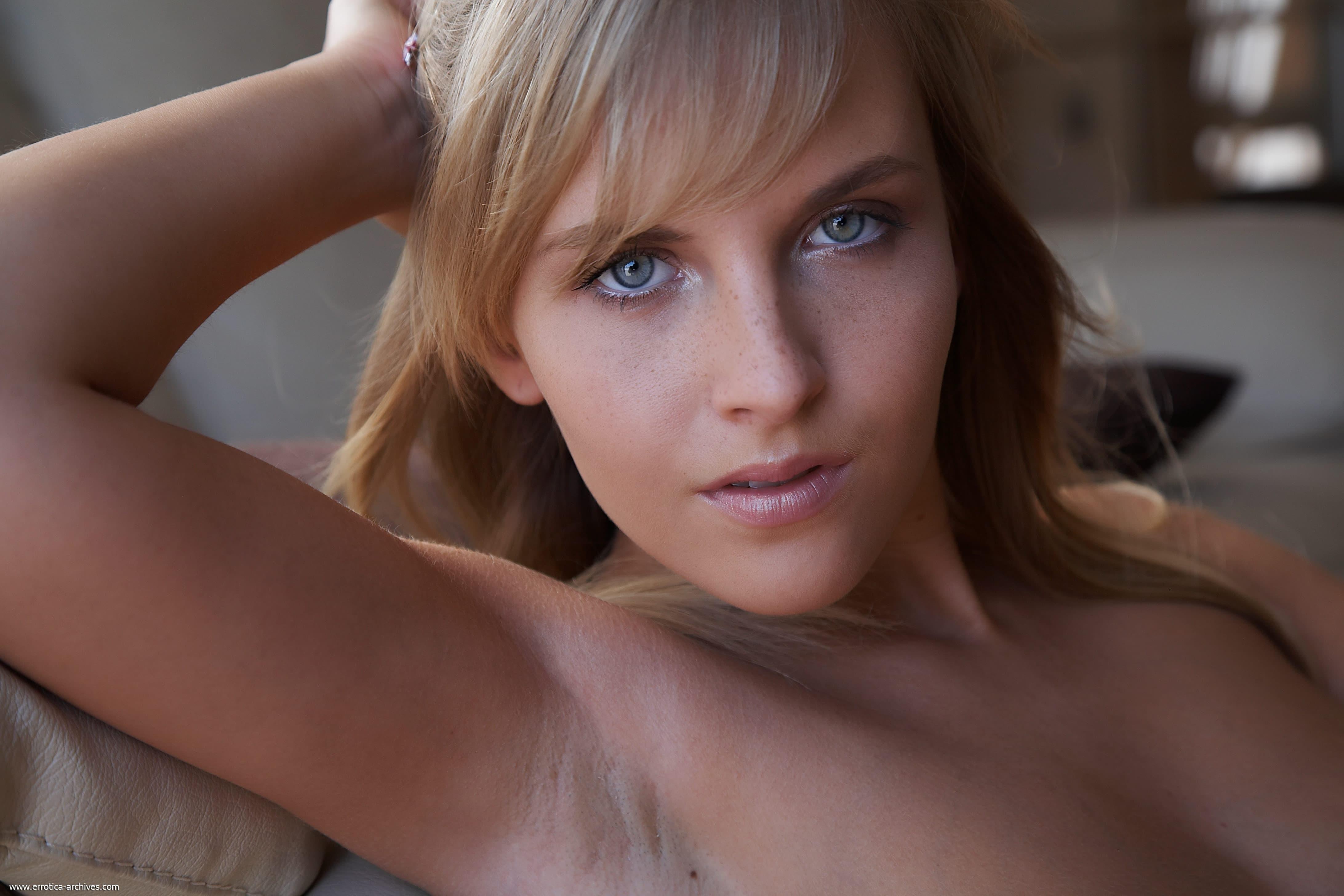 Обнажённая блондинка с крупными сиськами - фото