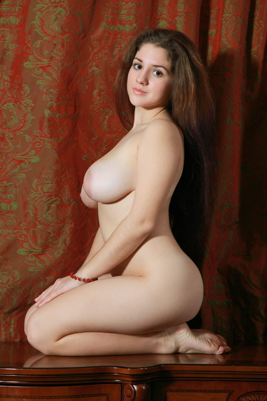 Молодая девушка с пышными дойками - фото