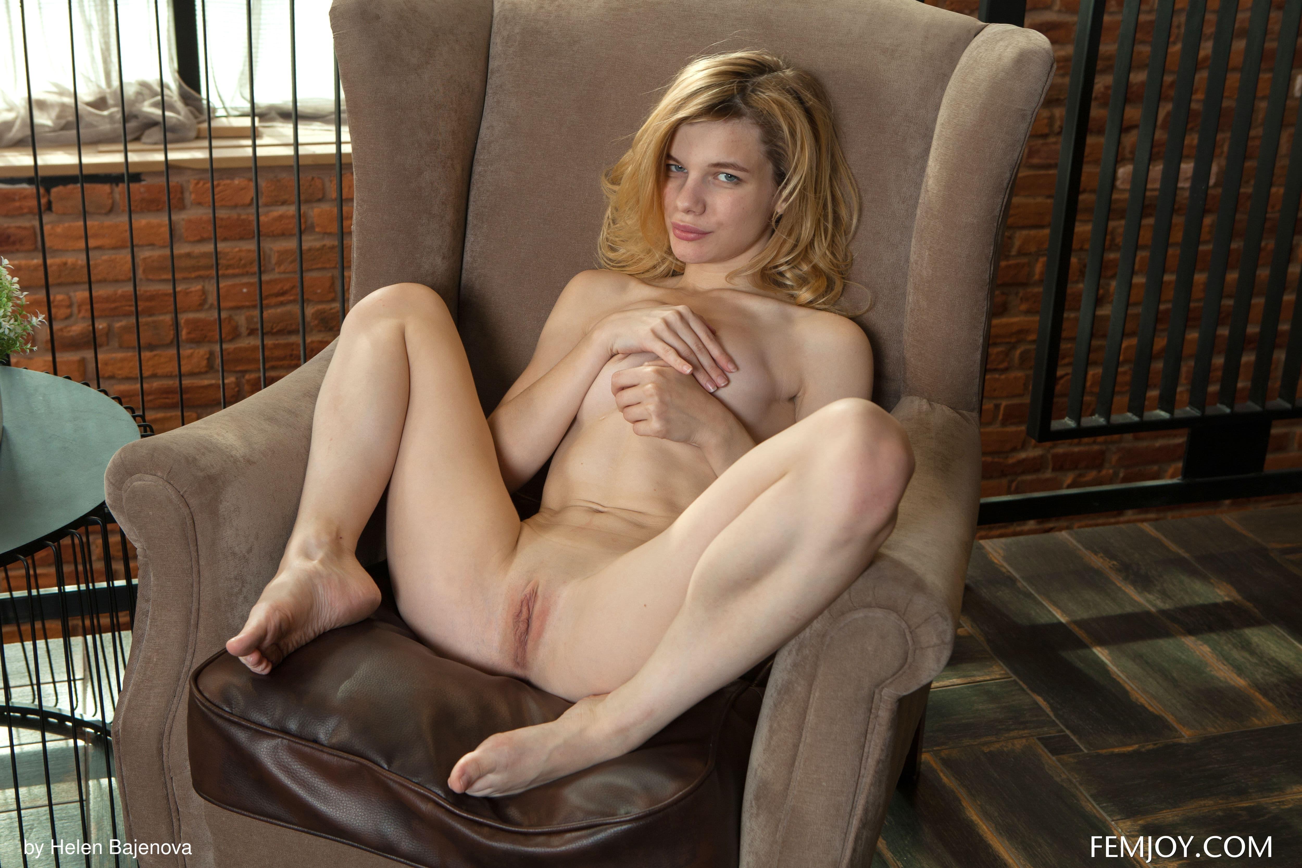 Красивая девушка с бритой щёлкой  - фото