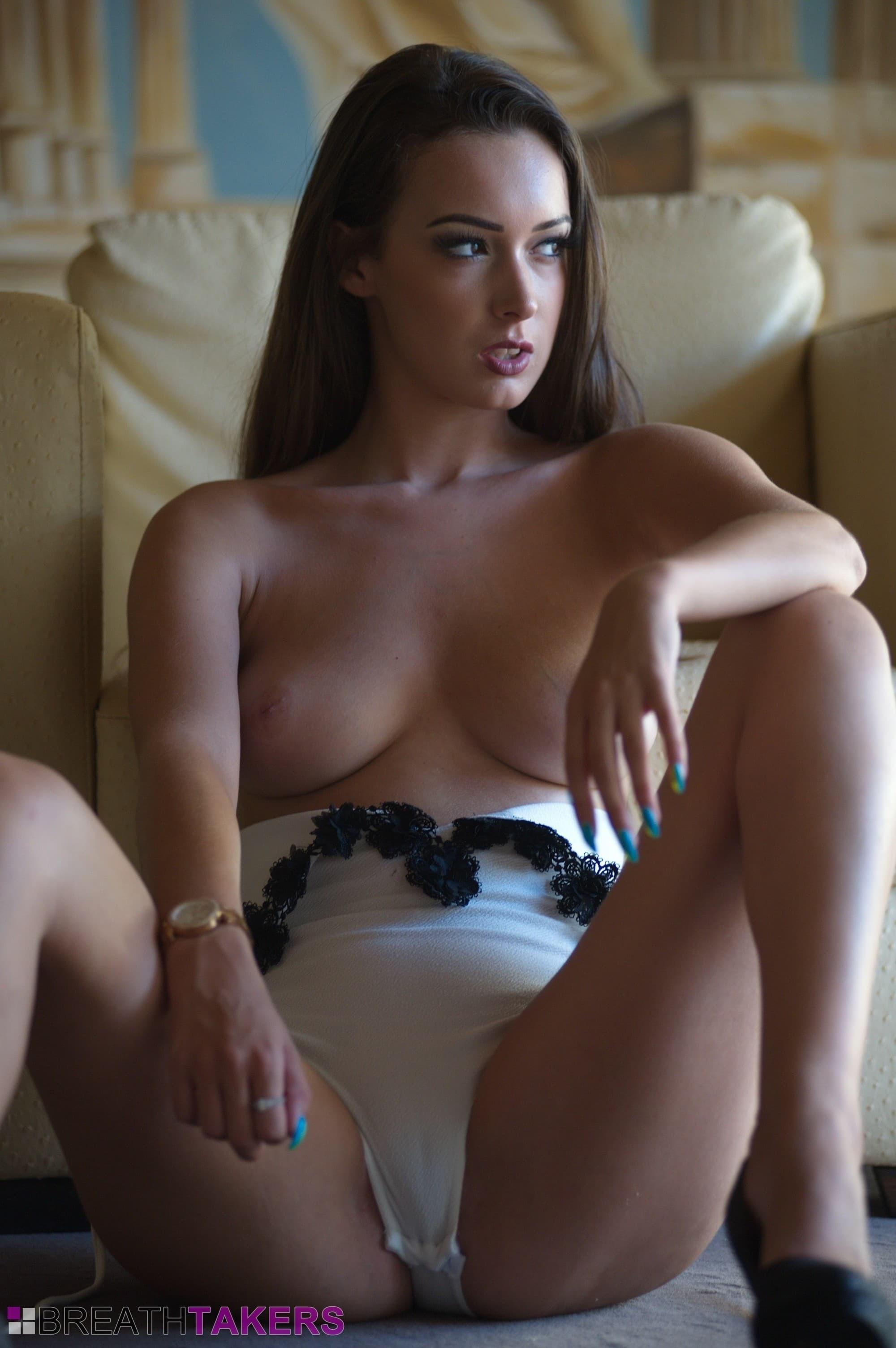 Красотка с шикарной упругой грудью на кресле - фото