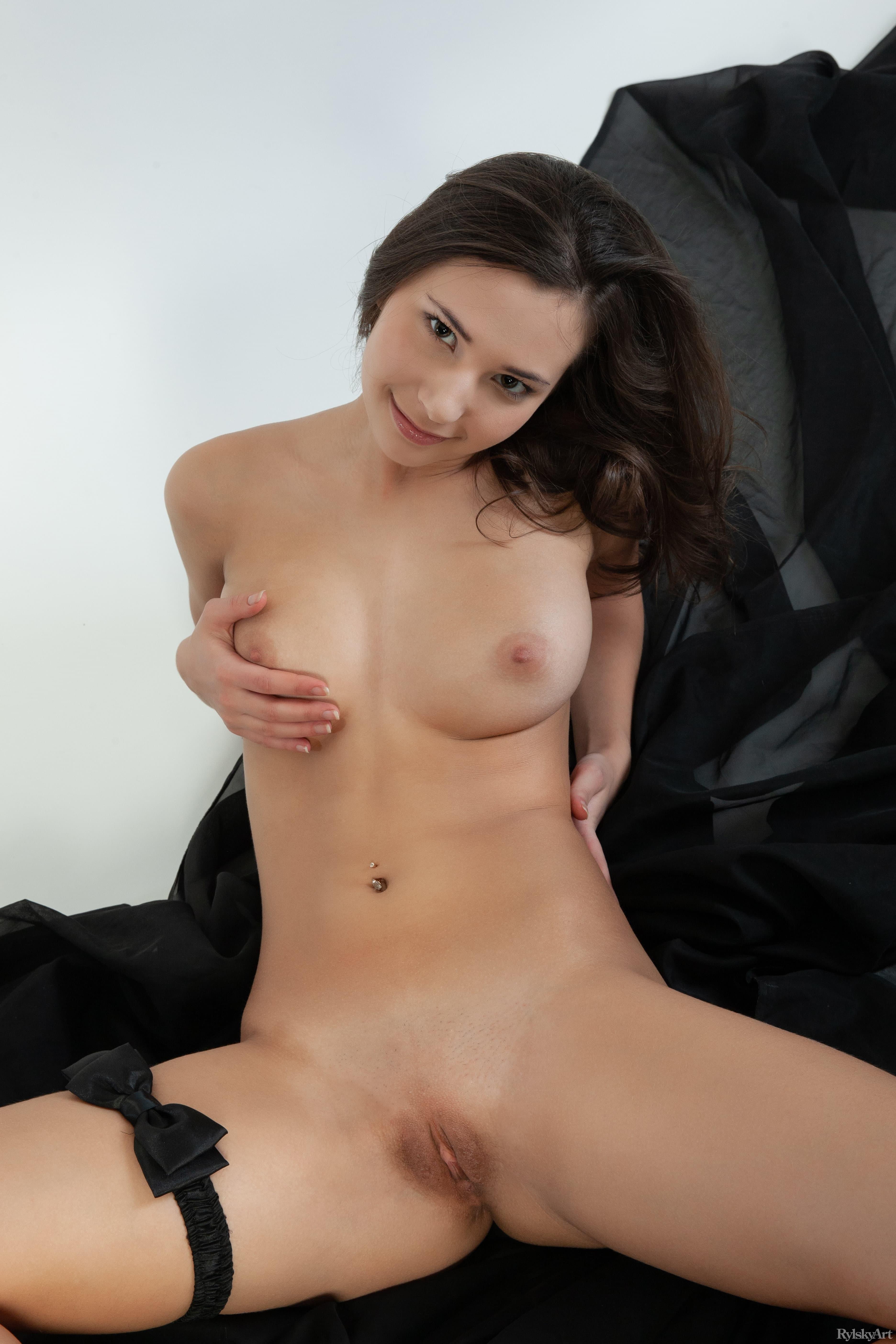 Молодая голая девка с красивой писькой - фото