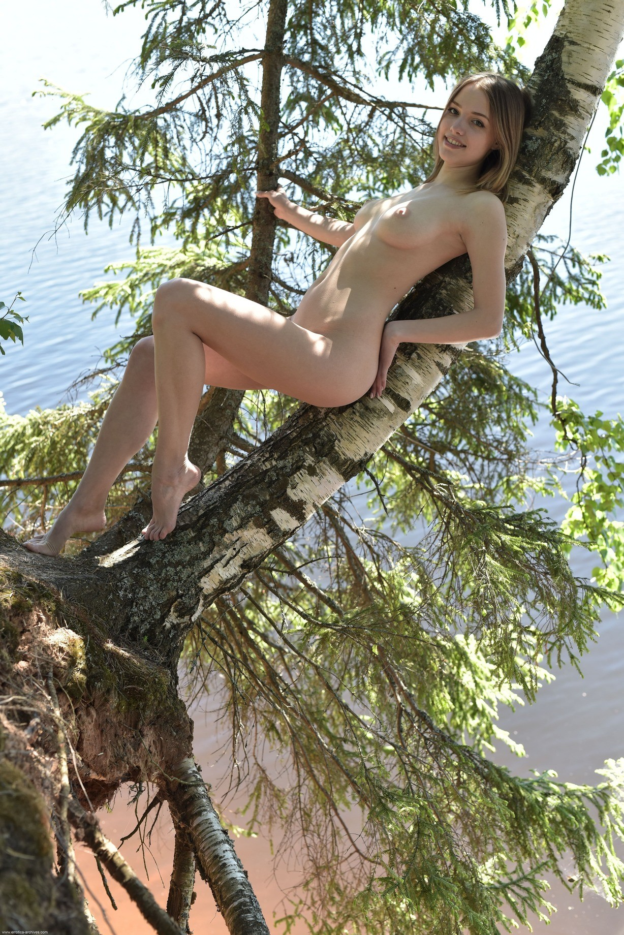 Голая девушка на природе у реки - фото