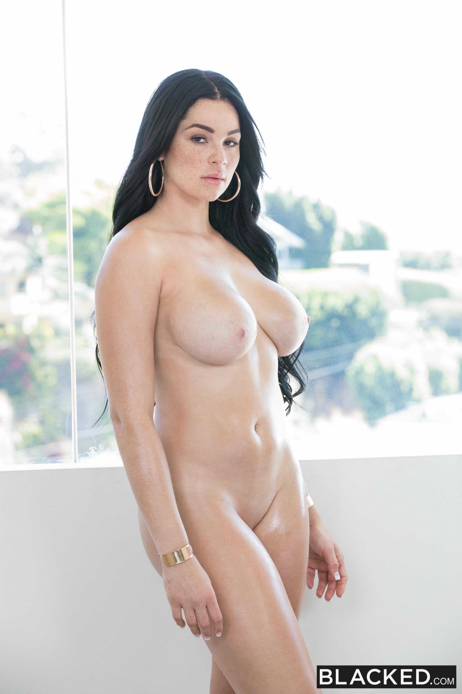 Грудастая брюнетка с сексуальной жопой - фото