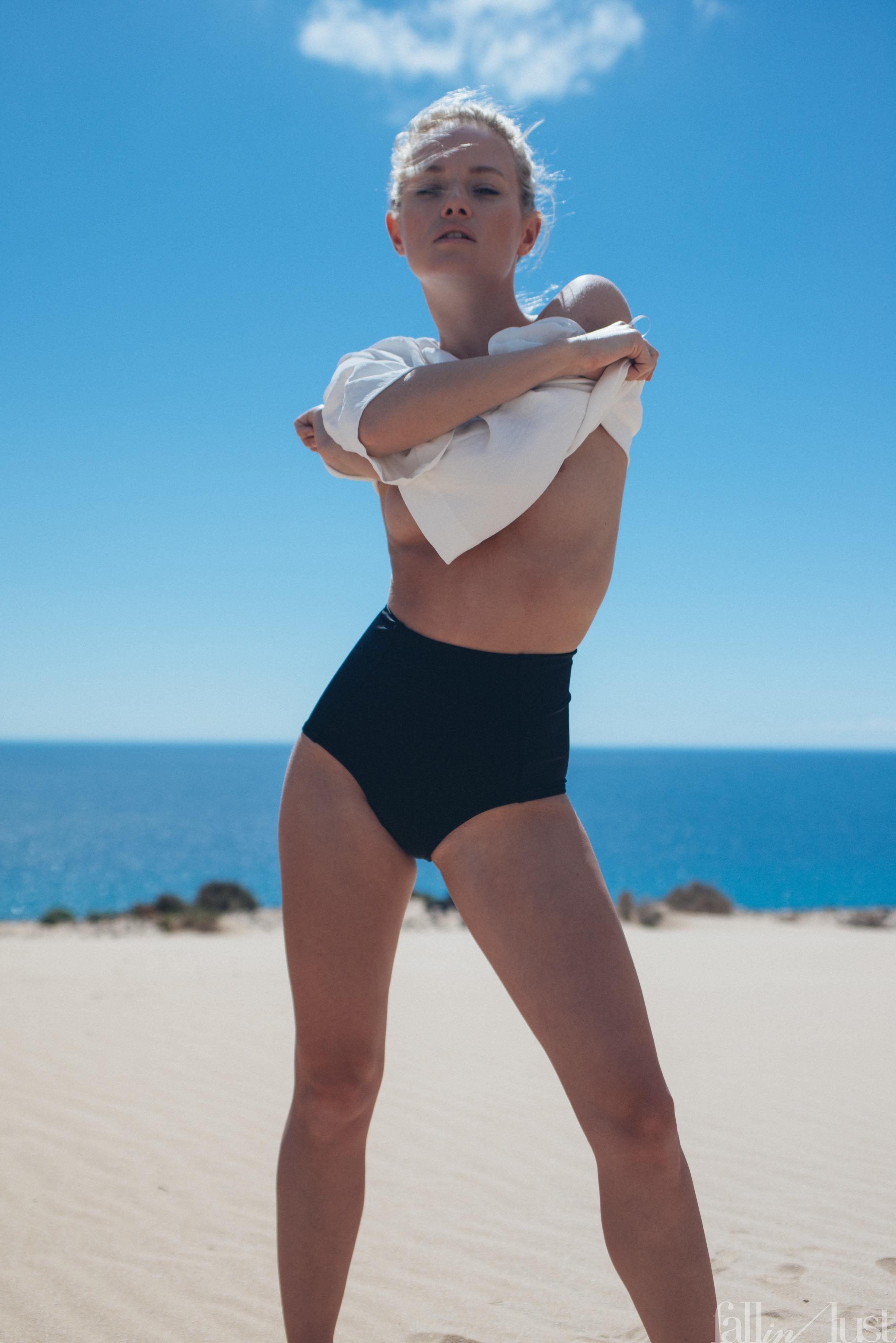 Красавица в трусиках показала сиськи на пляже - фото