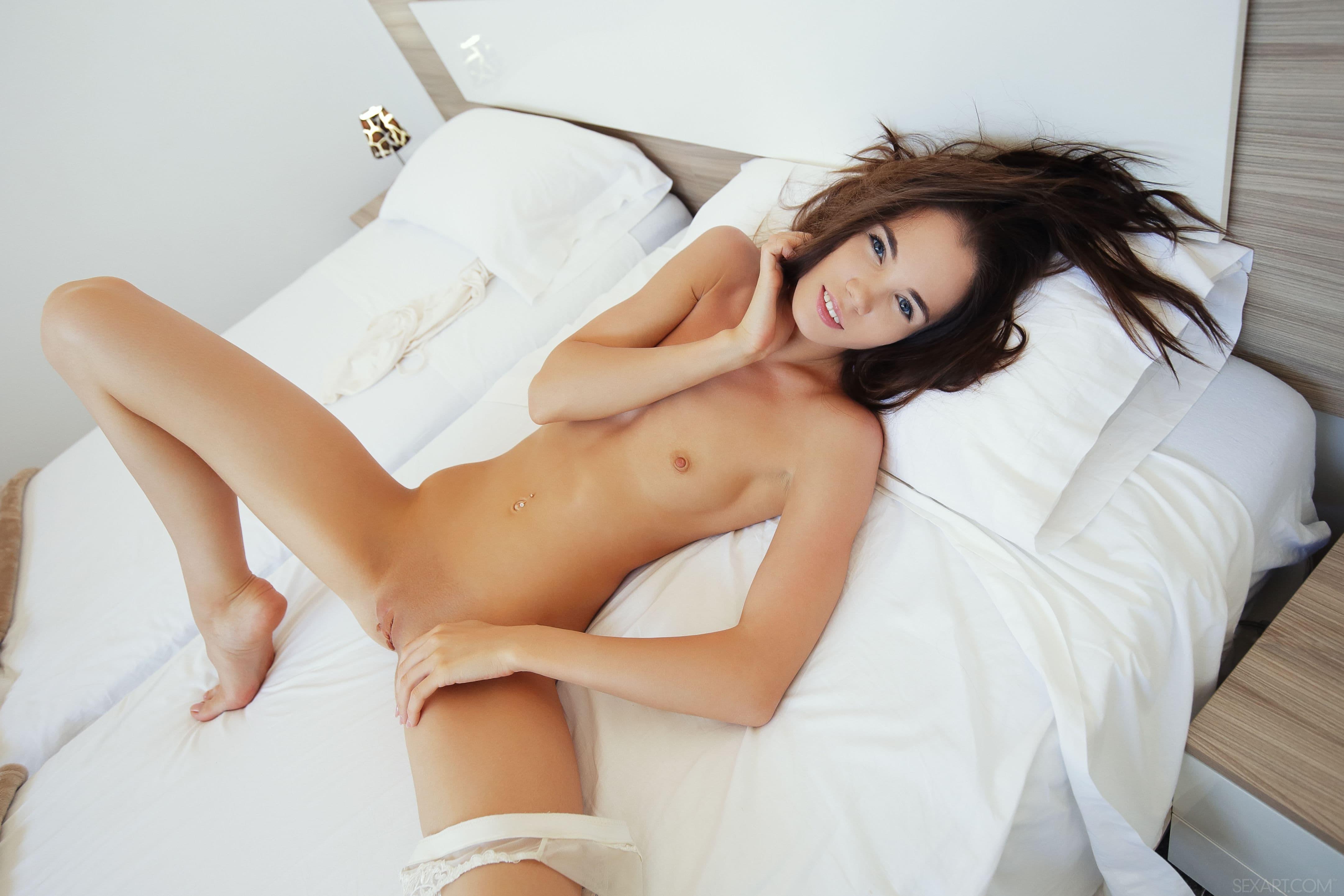 Раком ласкает бритую киску на кровати - фото