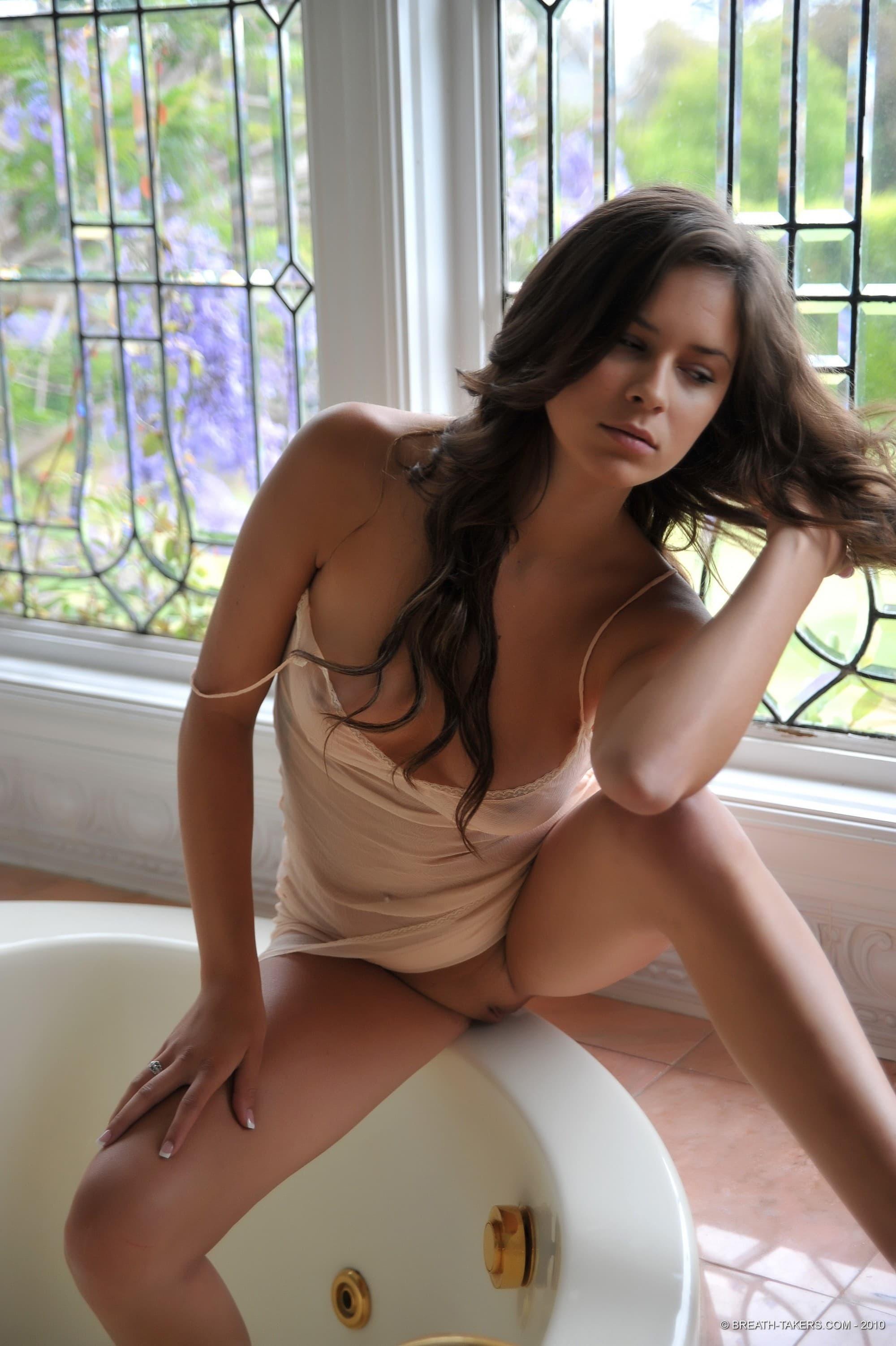 Девушка в пеньюаре без трусов в ванной - фото