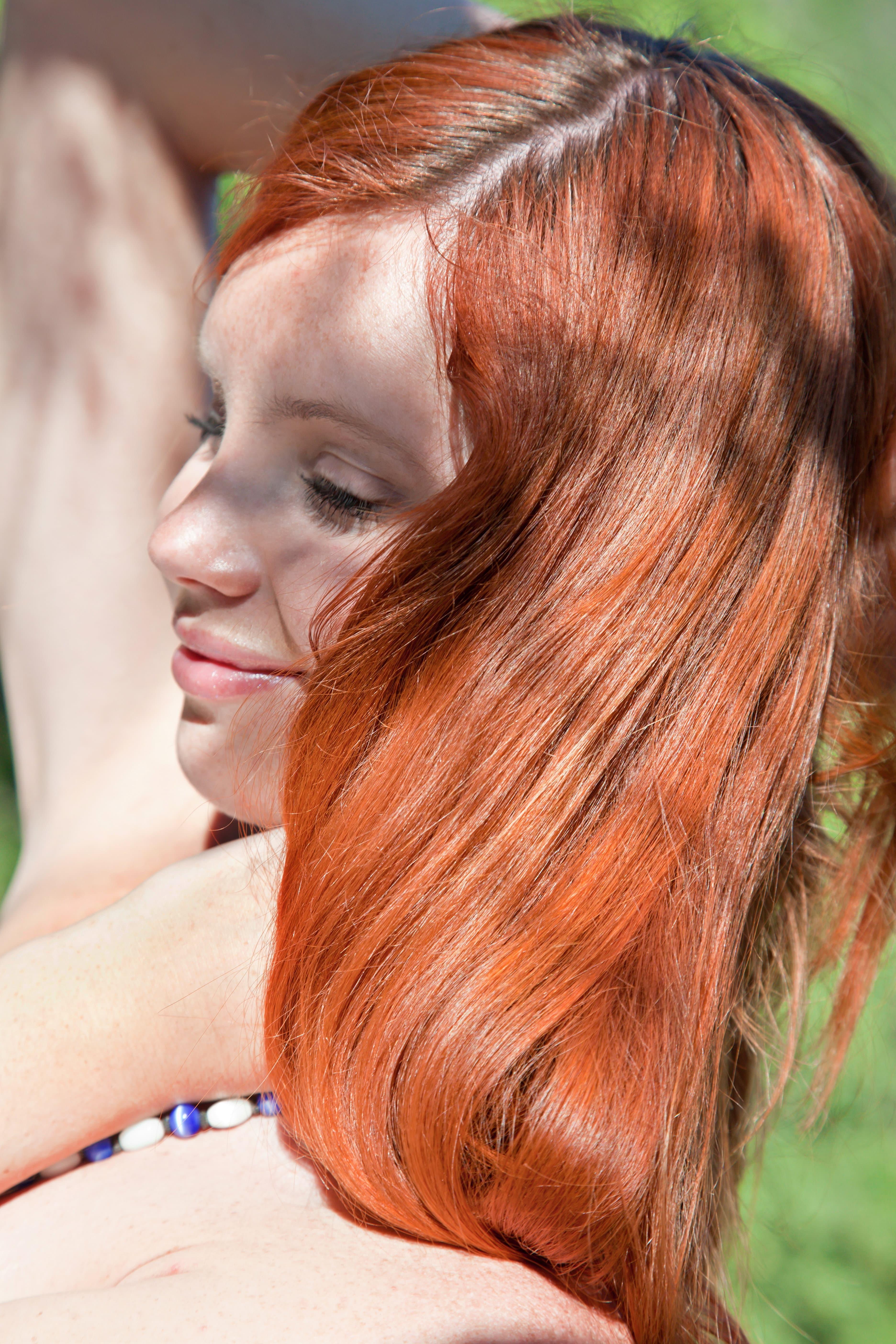 Рыжеволосая красотка на природе - фото