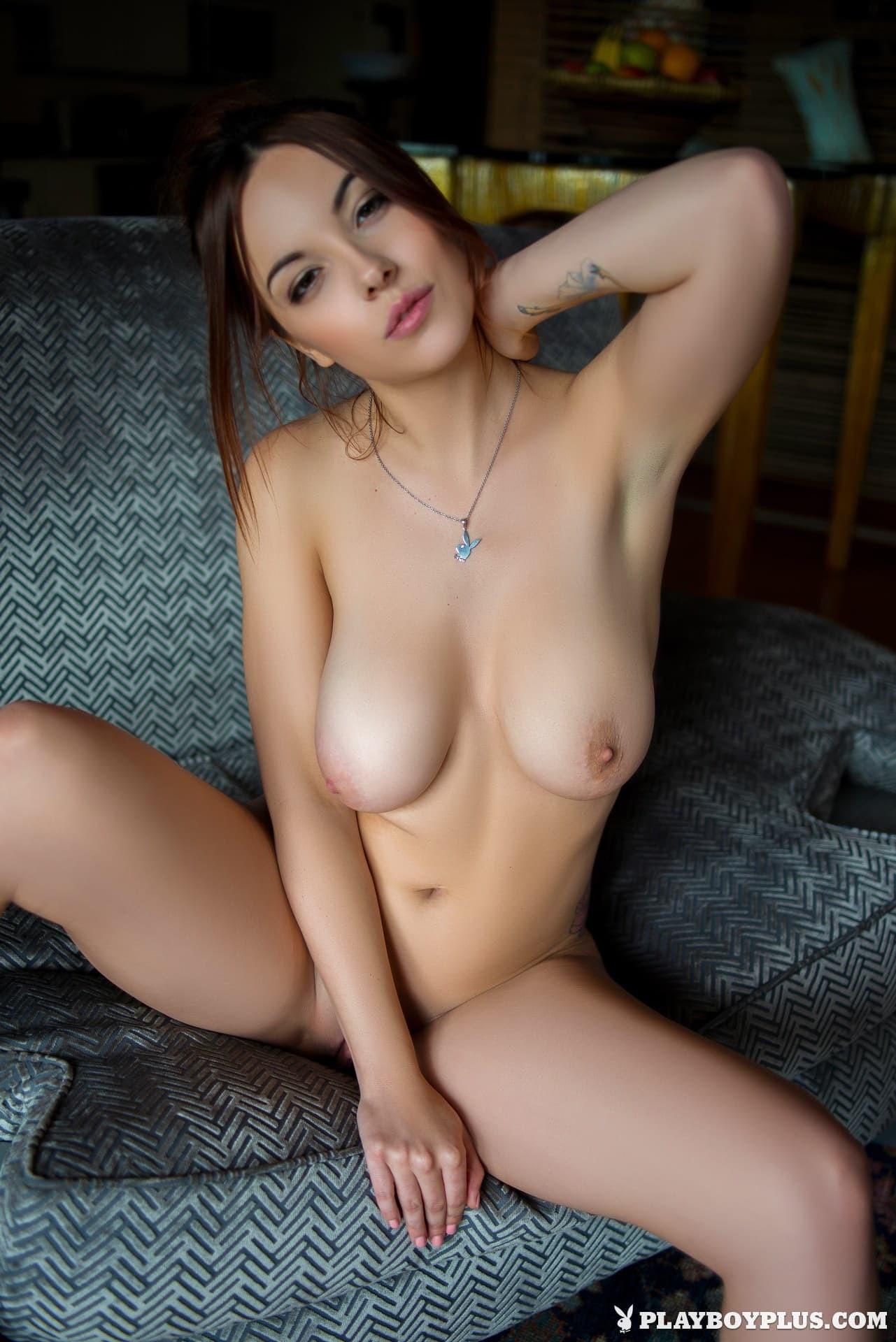Девушка с натуральными большими сиськами - фото